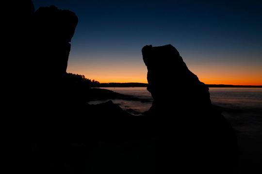 Eksponeringen for den lyseste delen av himmelen. Med dette fjerde bildet er alt det øyet kunne se lagret. (Øyet så riktignok flere detaljer i steinene enn de som er synlige i den lyseste eksponeringen, men siden målet var å skape et mystisk bilde med mørke silhuetter, tok jeg ikke noen eksponering for de mørkeste steinene.) Foto: Edmund Schilvold