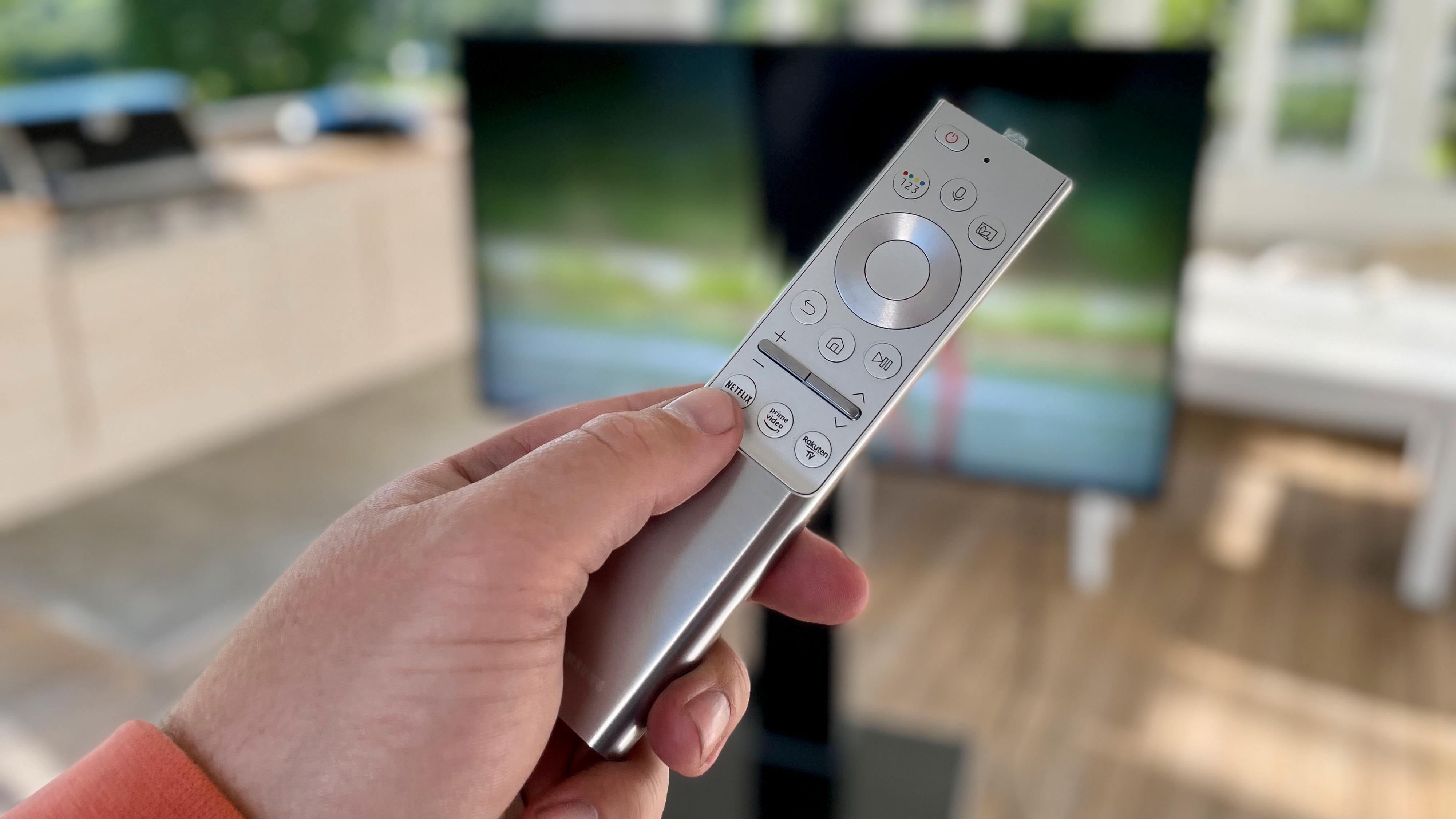 Fjernkontrollen ser fortsatt lik ut. Men er nå IP 65-sertifisert så den skal tåle å leve ute sammen med TV-en.