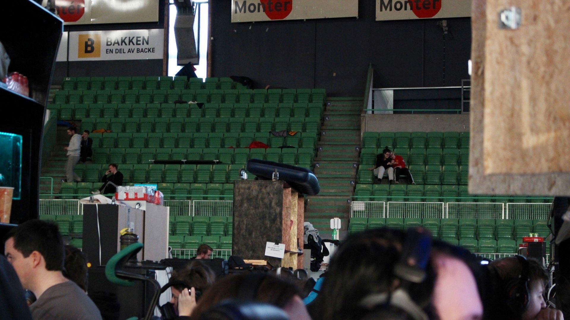Kreative oppbevaringsplasser var det mye av på TG: Hvorfor ikke plassere luftmadrassen på toppen av riggen? Og hvis man blir litt sliten av å sitte klin intil folk, kan man alltids ta en liten pustepause med en god venn i tribunen.