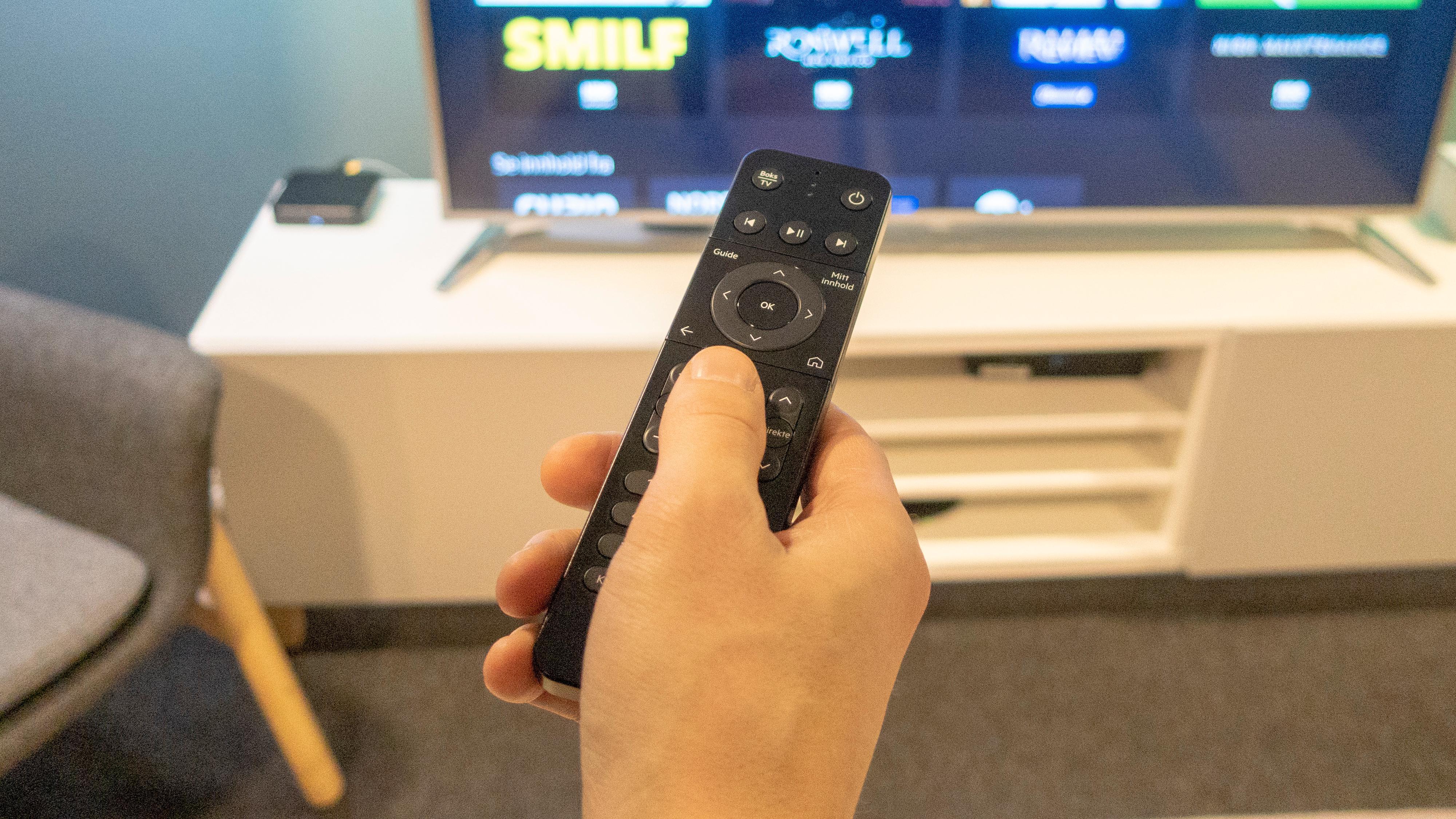 Fjernkontrollen er relativt liten og kompakt.