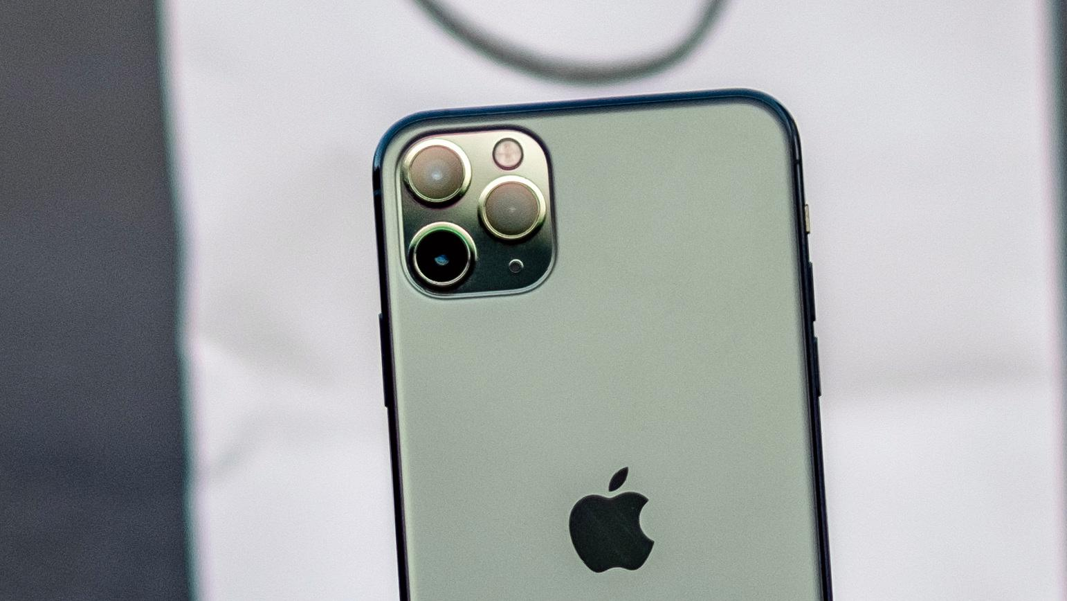 Oppfølgeren til iPhone 11 Pro Max (bildet) ryktes å få både større bildesensor og ny type bildestabilisering.