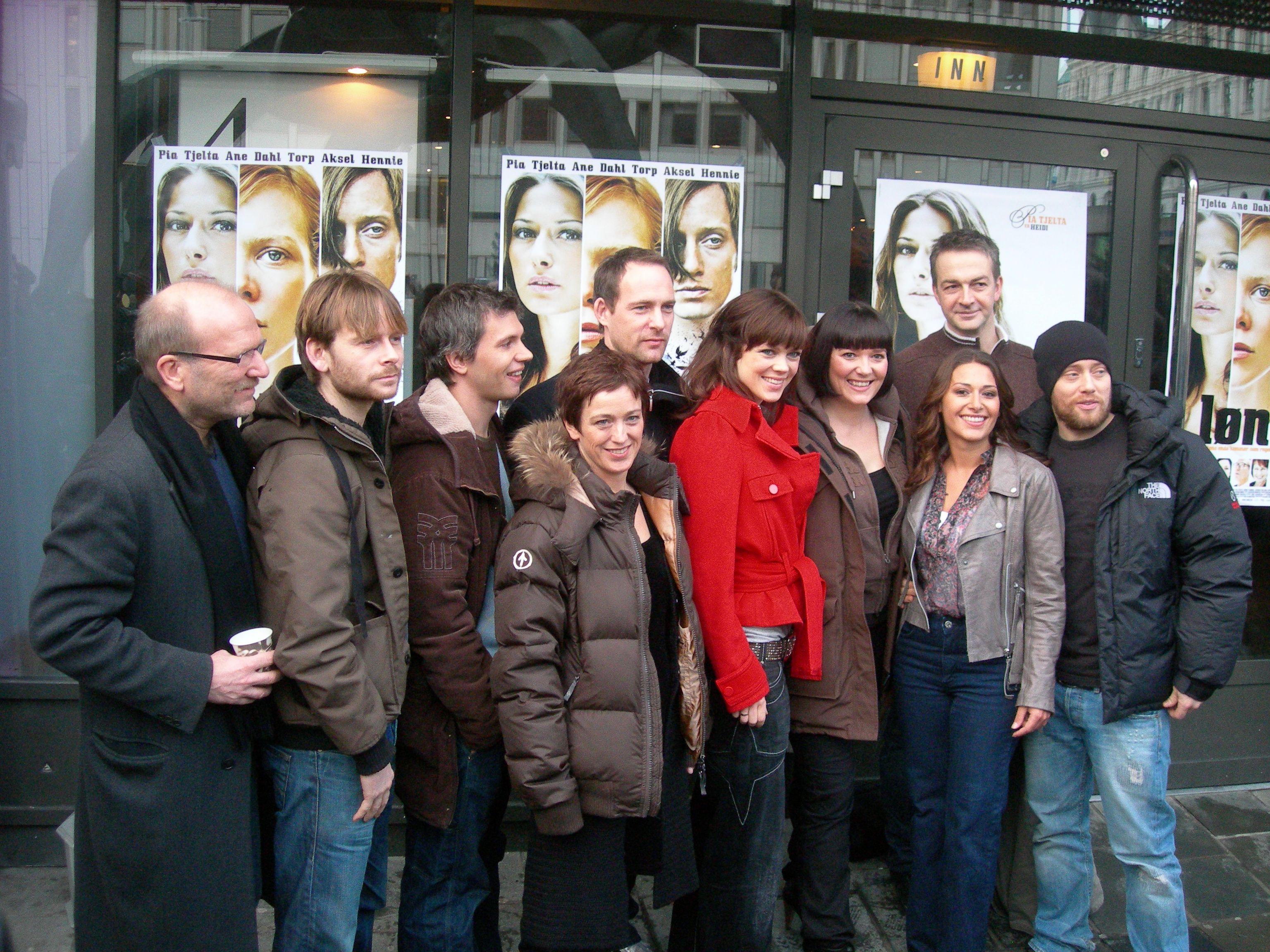 Regissør Sørhaug sammen med flere av skuespillerne, blant annet Pia Tjelta og Aksel Hennie (begge til høyre).