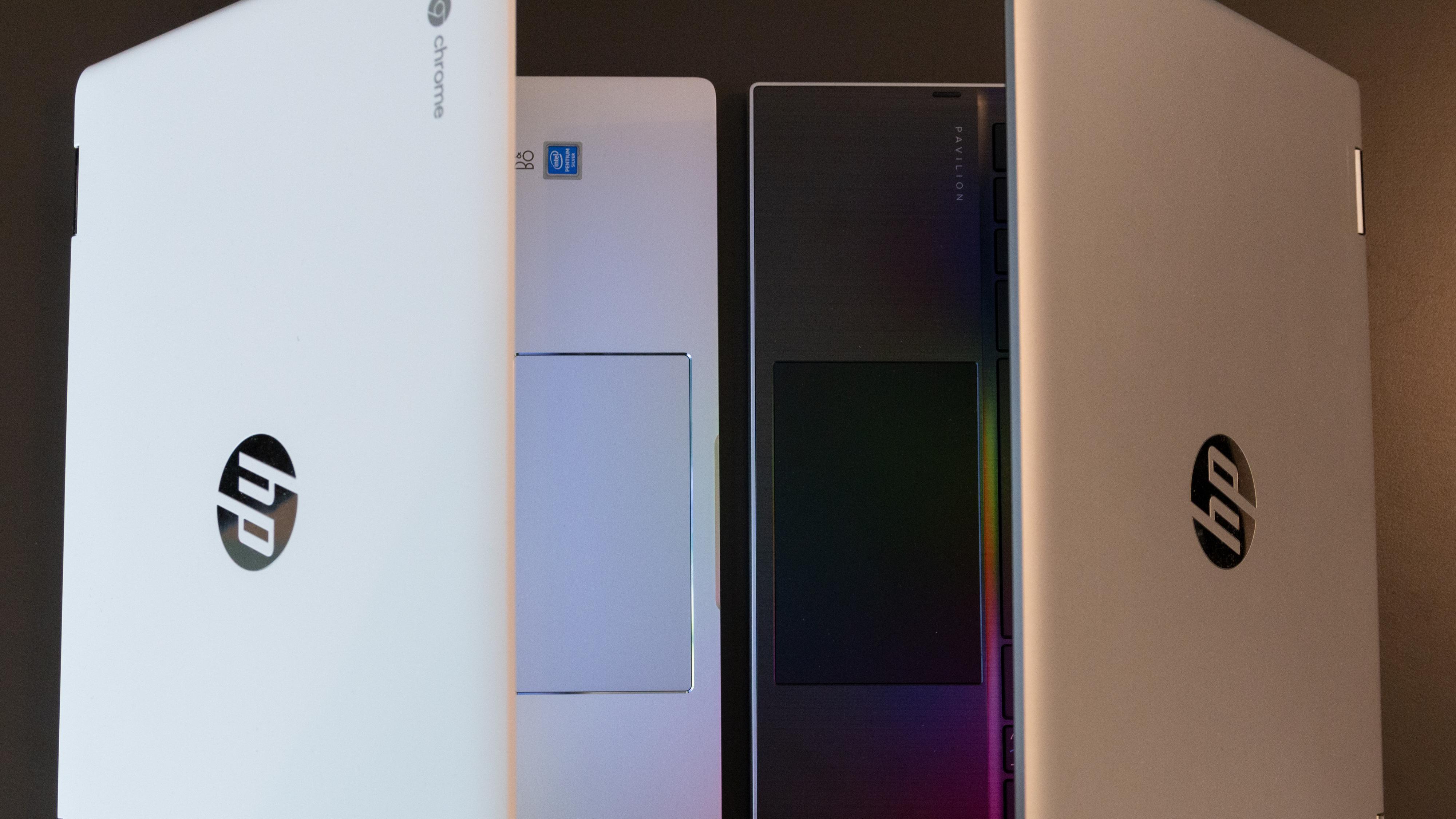 Pekeplaten til Chromebooken (venstre) er veldig upresis og frustrerende å bruke.