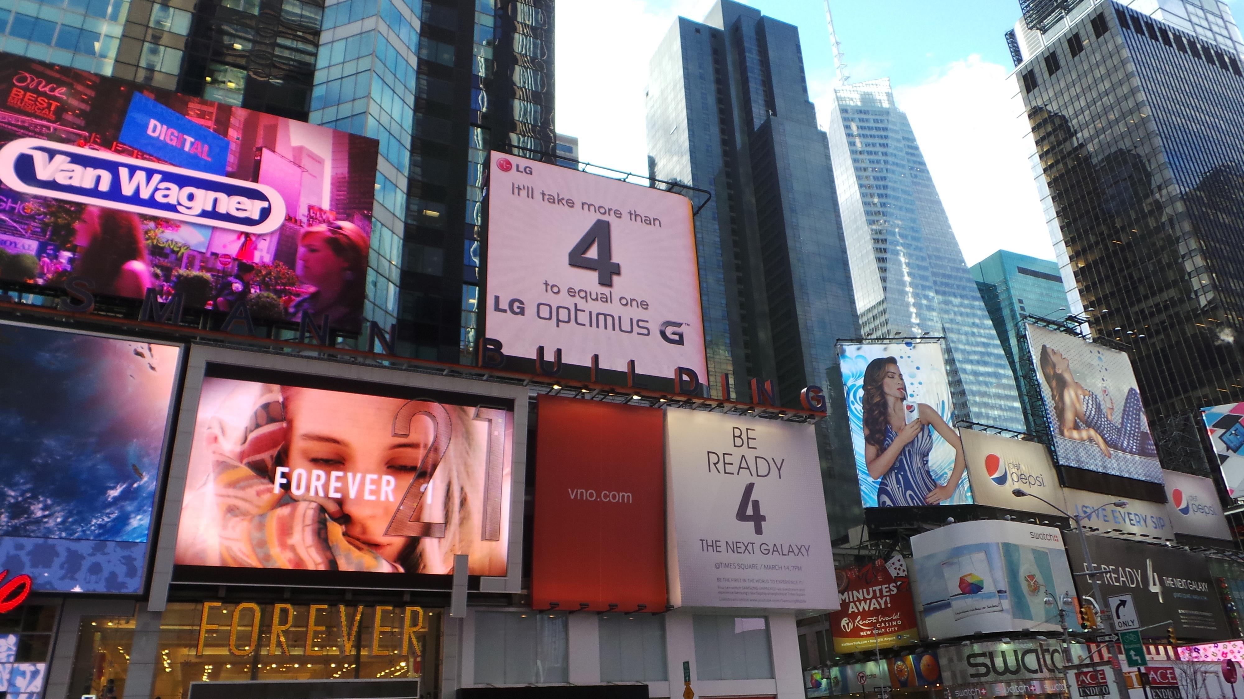 Da Samsung lanserte Galaxy S4 i New York, hadde LG flere gigantiske bannere som spilte på Samsungs lansering.Foto: Espen Irwing Swang, Amobil.no