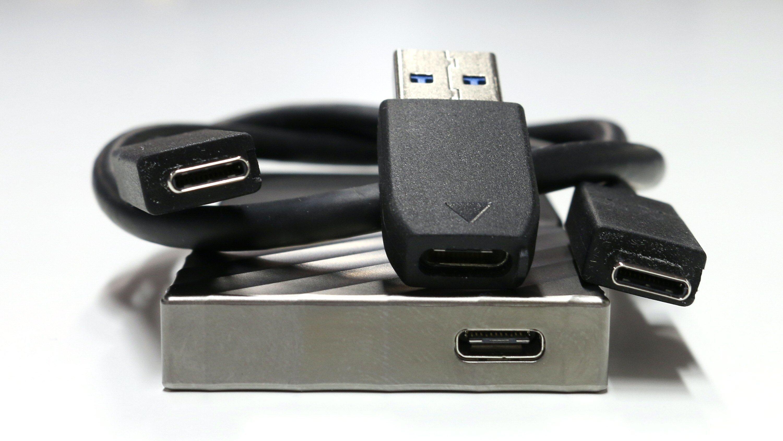 USB-ledningen kommer med overgang fra Type-C til Type-A, eller «vanlig» USB-kontakt.