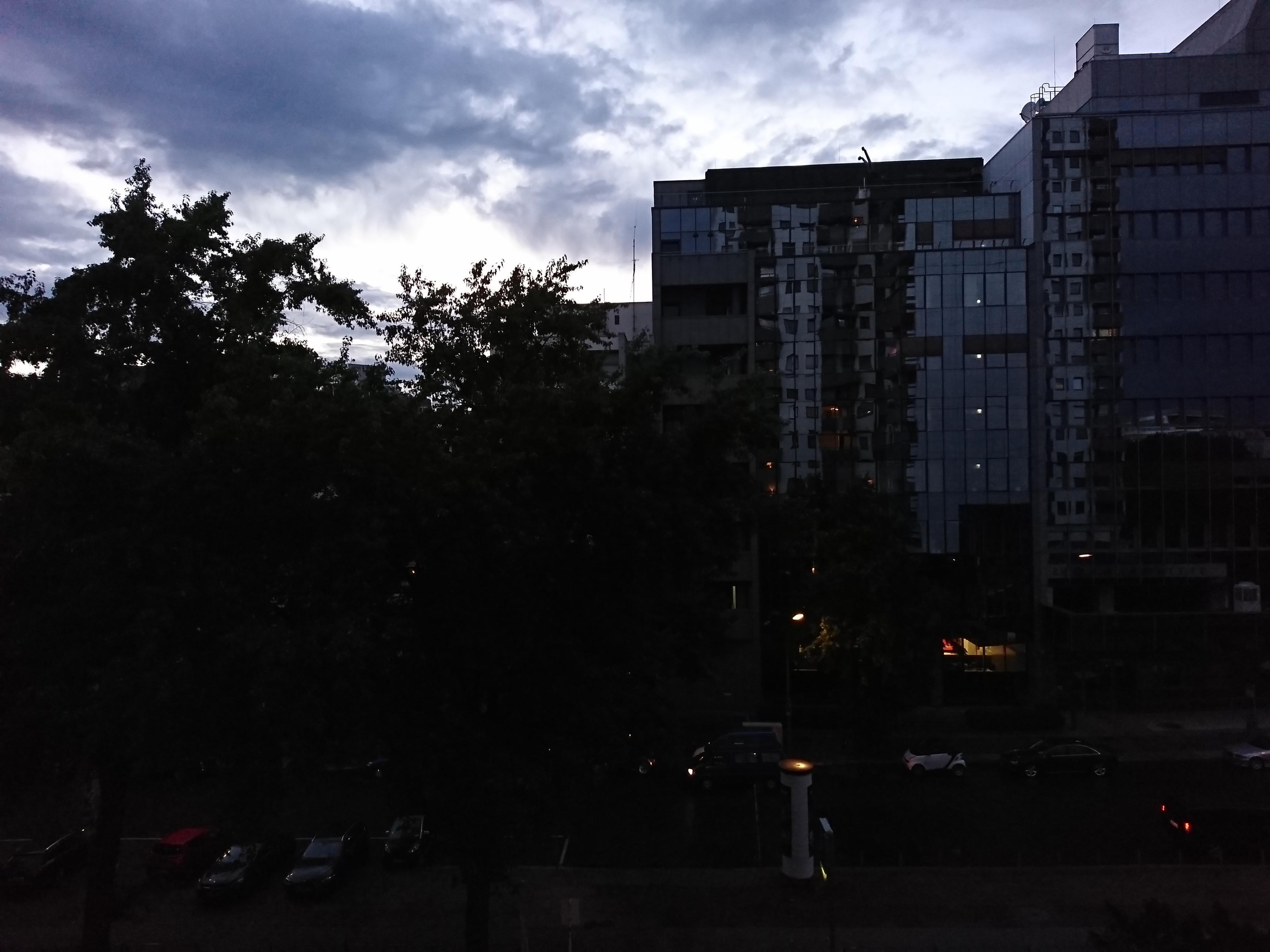 Klokken 20 gikk det dog vesentlig dårligere. Avhengig av hvor fritt vi lar automatikken styre blir bildene enten veldig mørke ...