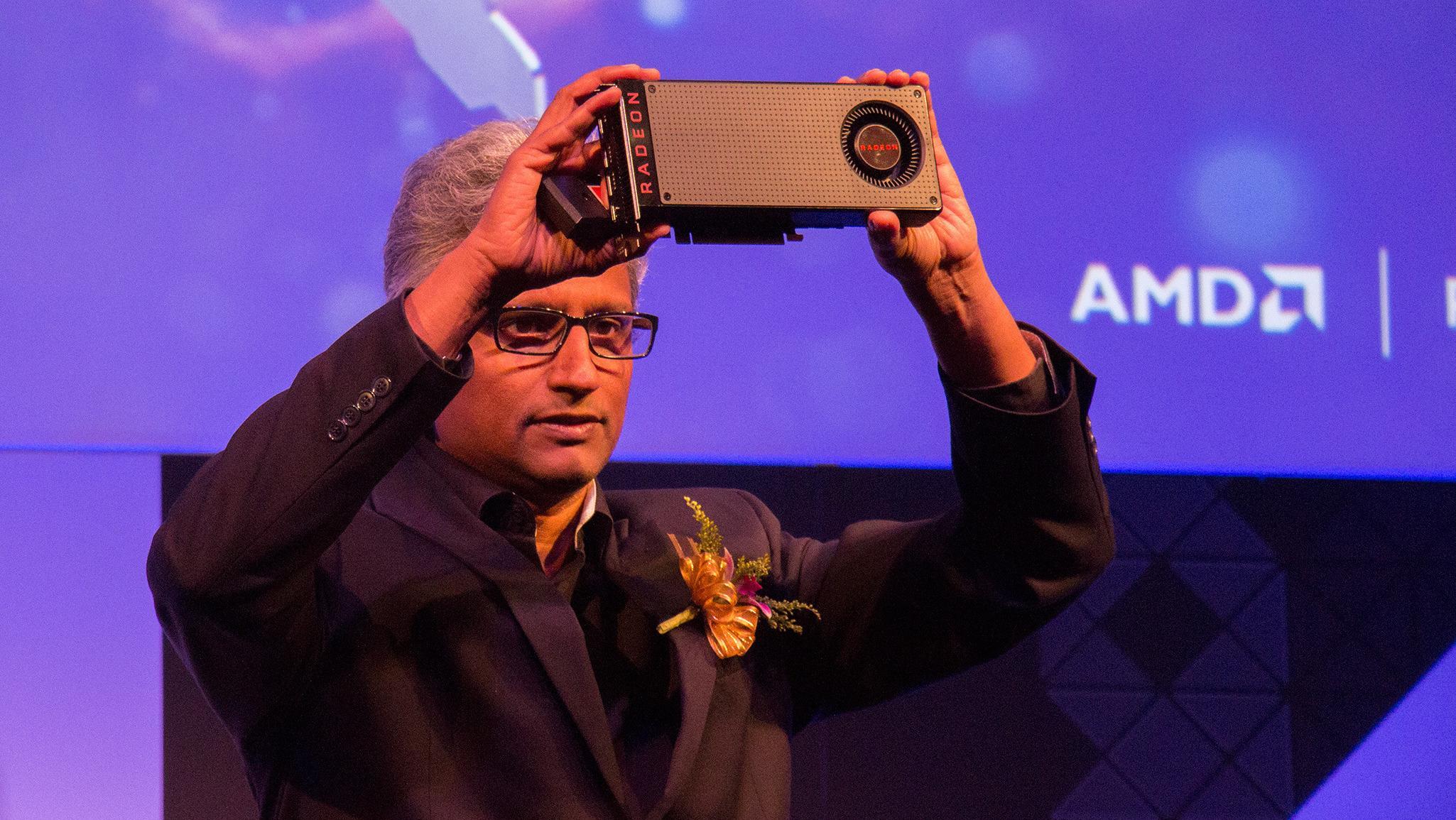 AMD Radeon-sjef Raja Koduri løfter opp det første Polaris-baserte grafikkortet, RX 480, under avdukningen på Computex 2016.