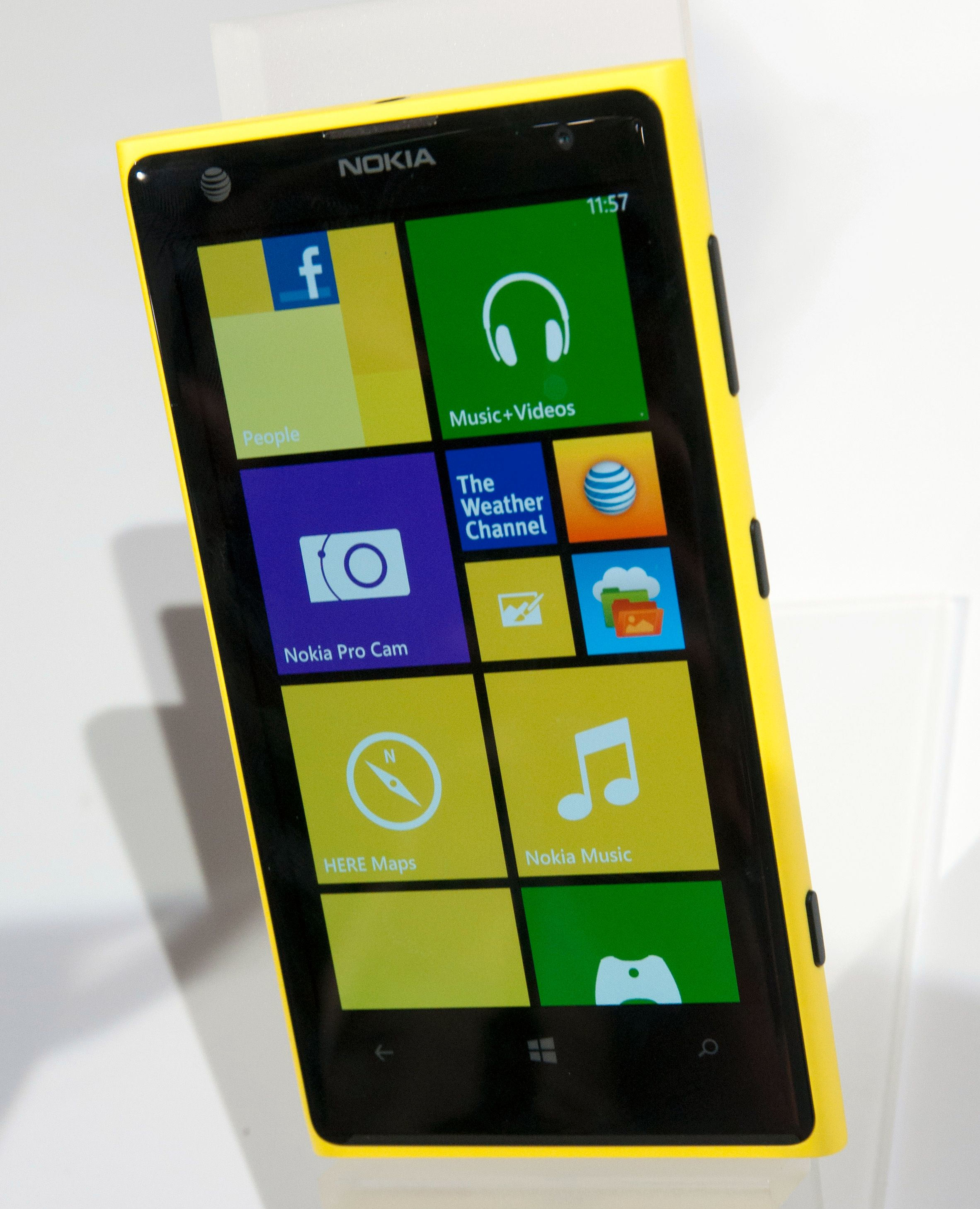 Nokia Lumia 1020 er greit synlig i terrenget i gul utgave.Foto: Finn Jarle Kvalheim, Amobil.no