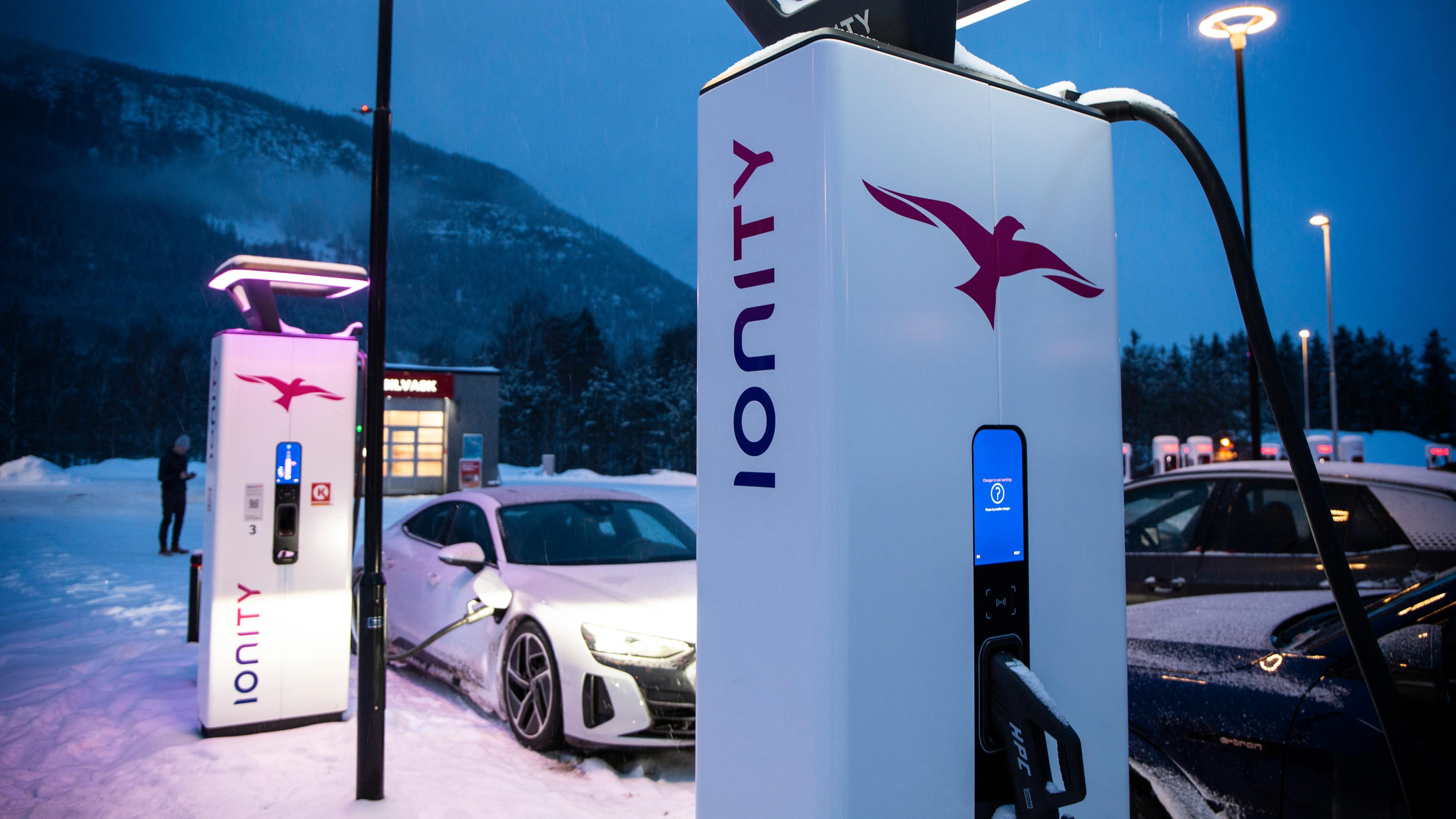 Ionity er dyrest av alle for drop-in-kunder, mens de bilmerkene som har en egen avtale slipper rimelig unna. Ionity tilbyr også raskest lading av alle, med 350 kilowatt på alle stolper - mer enn noen elbil kan lade med foreløpig.