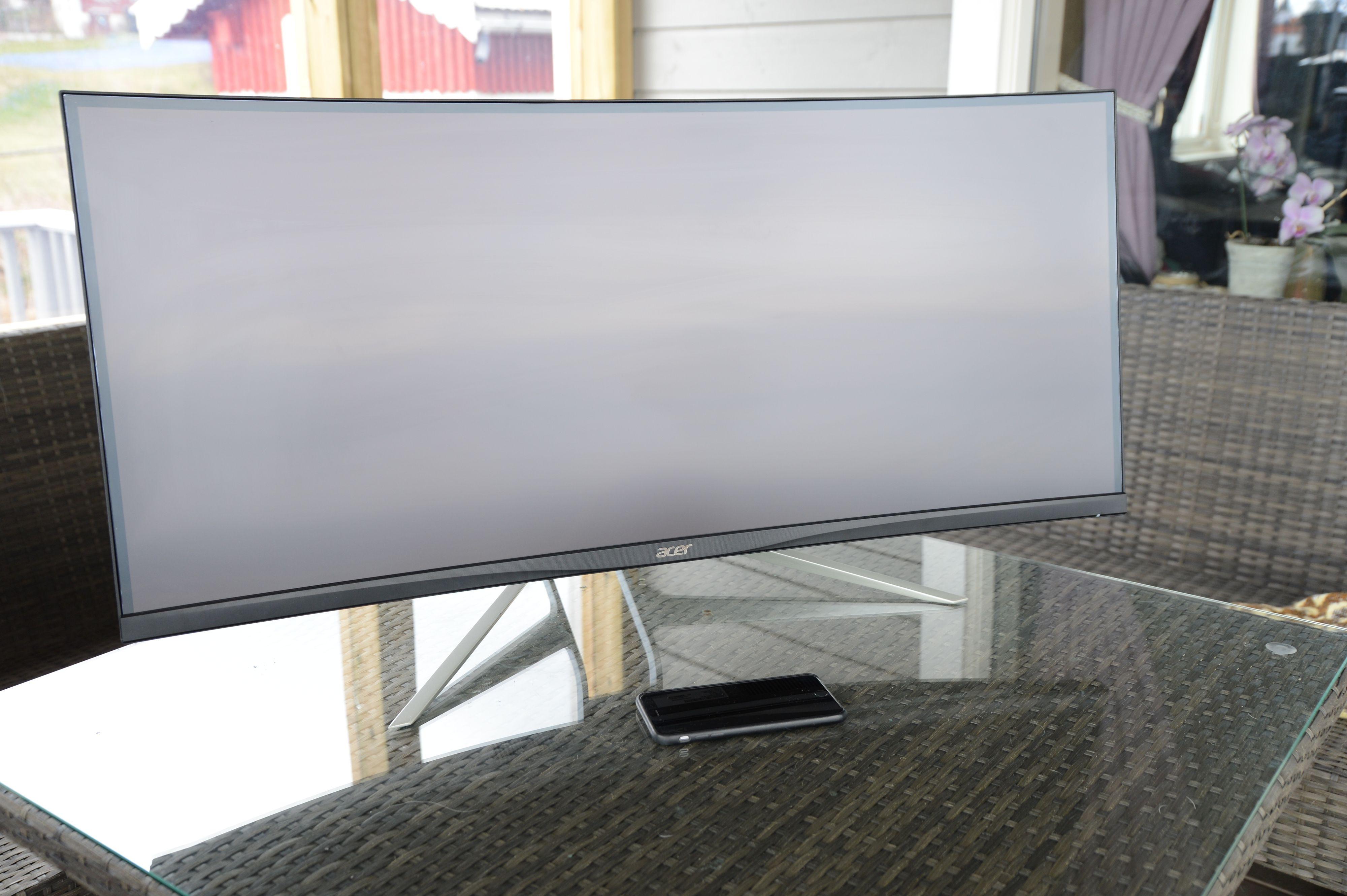 37,5 tommer fordelt på et 21:9-format gir deg en ultrabred skjerm. iPhone 6S Plus-en ser puslete ut i forhold.
