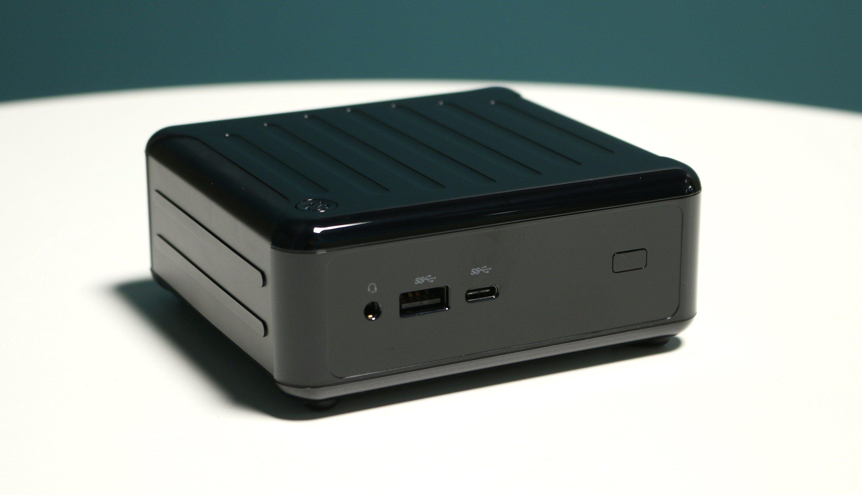 En 3,5 millimeters lydkontakt, en vanlig USB 3.0 og en Type-C USB 3.1 Gen 2 sitter i fronten. Til høyre har vi den infrarøde mottakeren.
