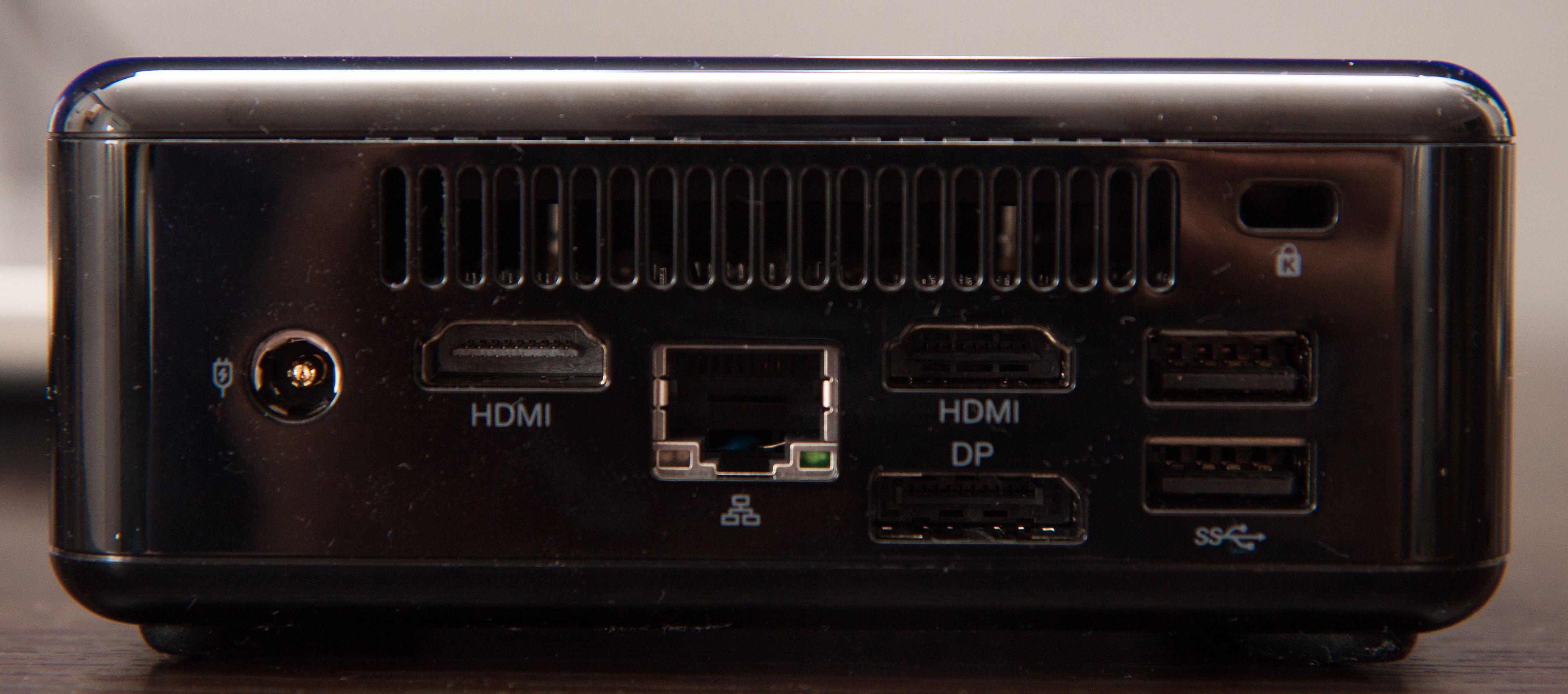 Det er hele tre skjermutganger på baksiden; to HDMI og én DisplayPort. Foto: Kurt Lekanger, Tek.no