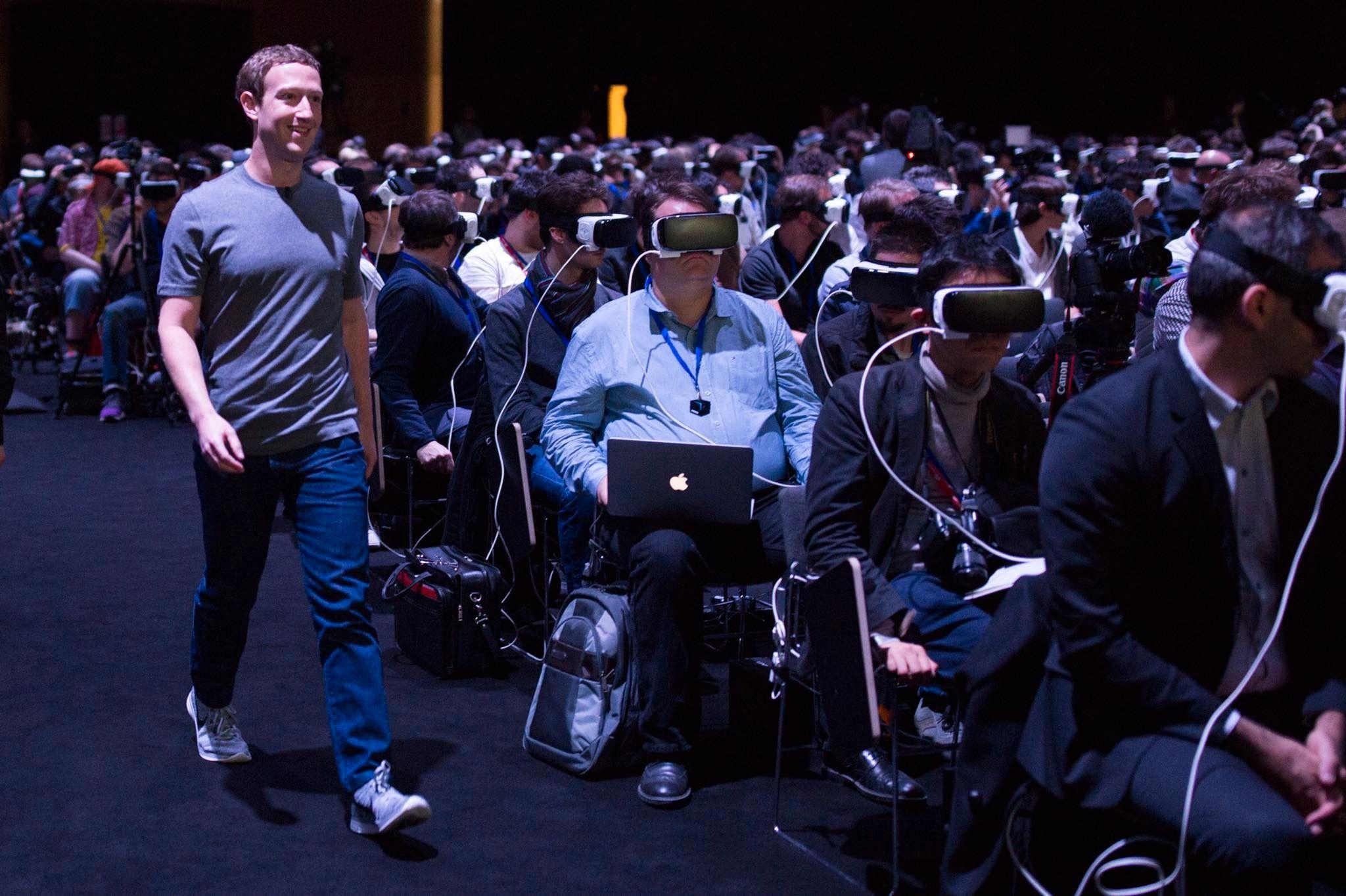 Ingen la merke til at Facebook-sjefen spaserte ved siden av dem da han gikk opp til scenen.