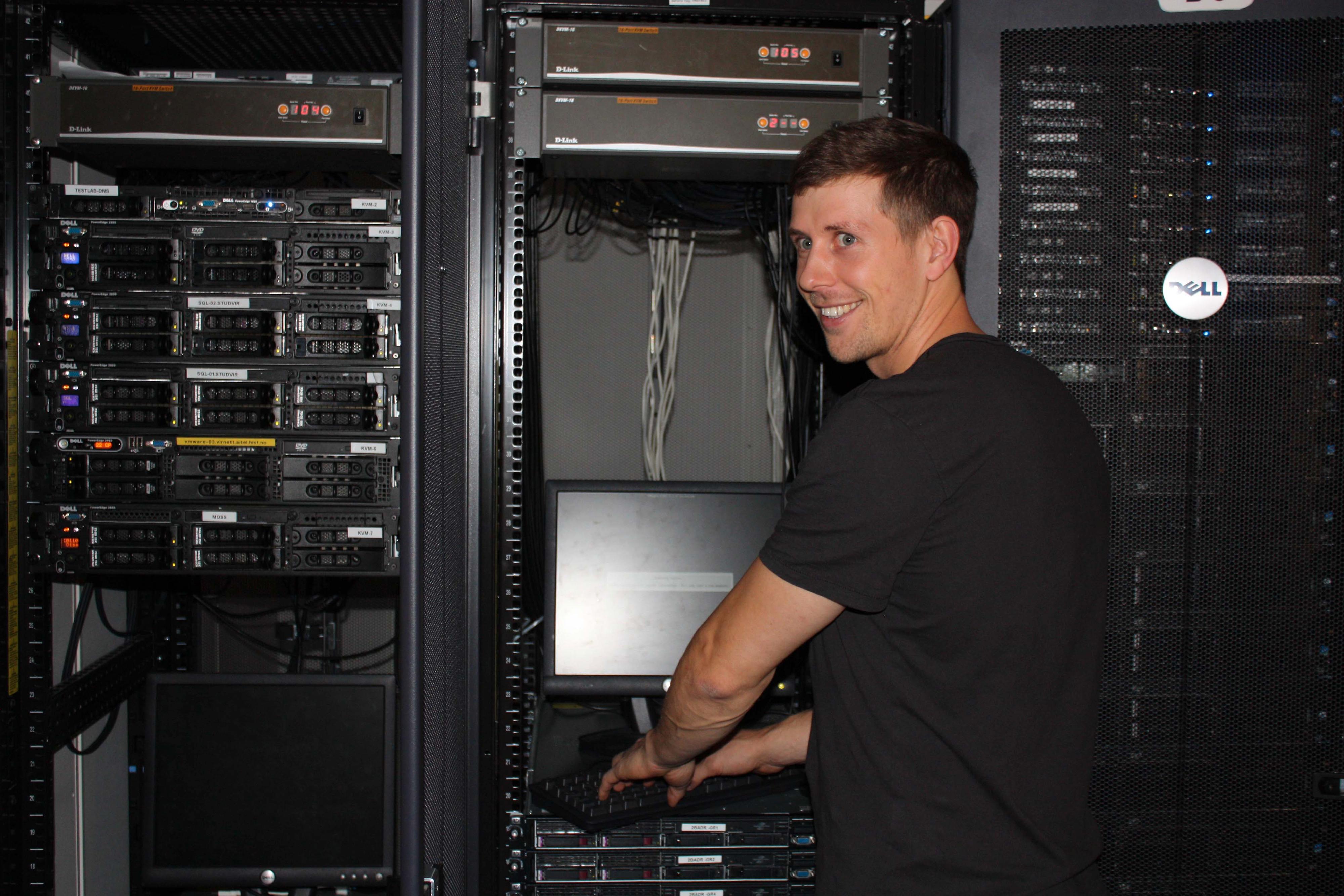 Tor Ivar Melling øver seg på serverparken.Foto: Therese Mjøen/HiST