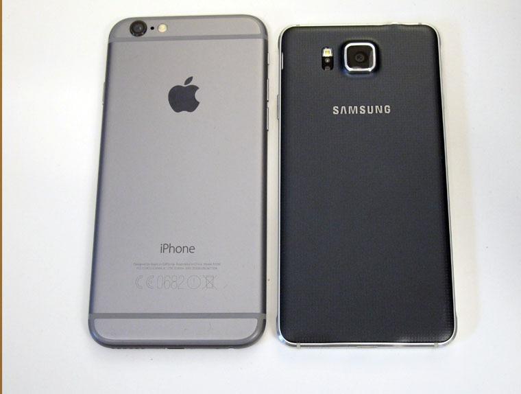 iPhone 6 og Galaxy Alpha har samme skjermstørrelse. Men Alpha er atskillig mer kompakt enn Apples nye sekser.Foto: Espen Irwing Swang, Tek.no