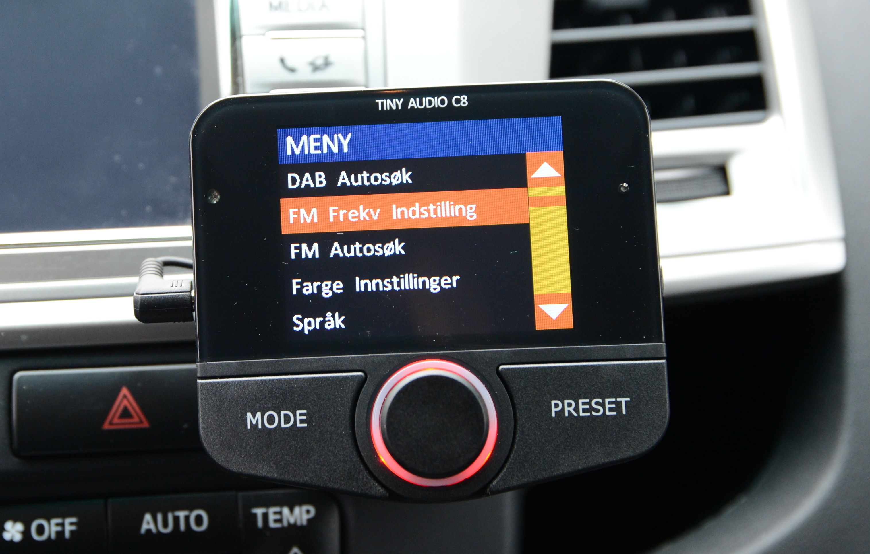 Alle adaptere sender et FM-signal, og innstillingene for dette finner du blant i menyen.