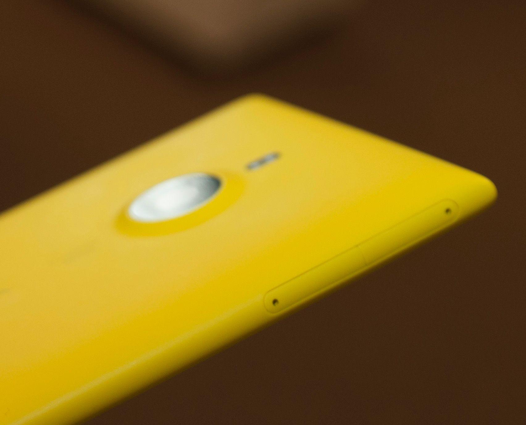 Øverst på venstre langside av telefonen har den plass for Nano-SIM-kort og Micro-SD-kort.Foto: Finn Jarle Kvalheim, Amobil.no