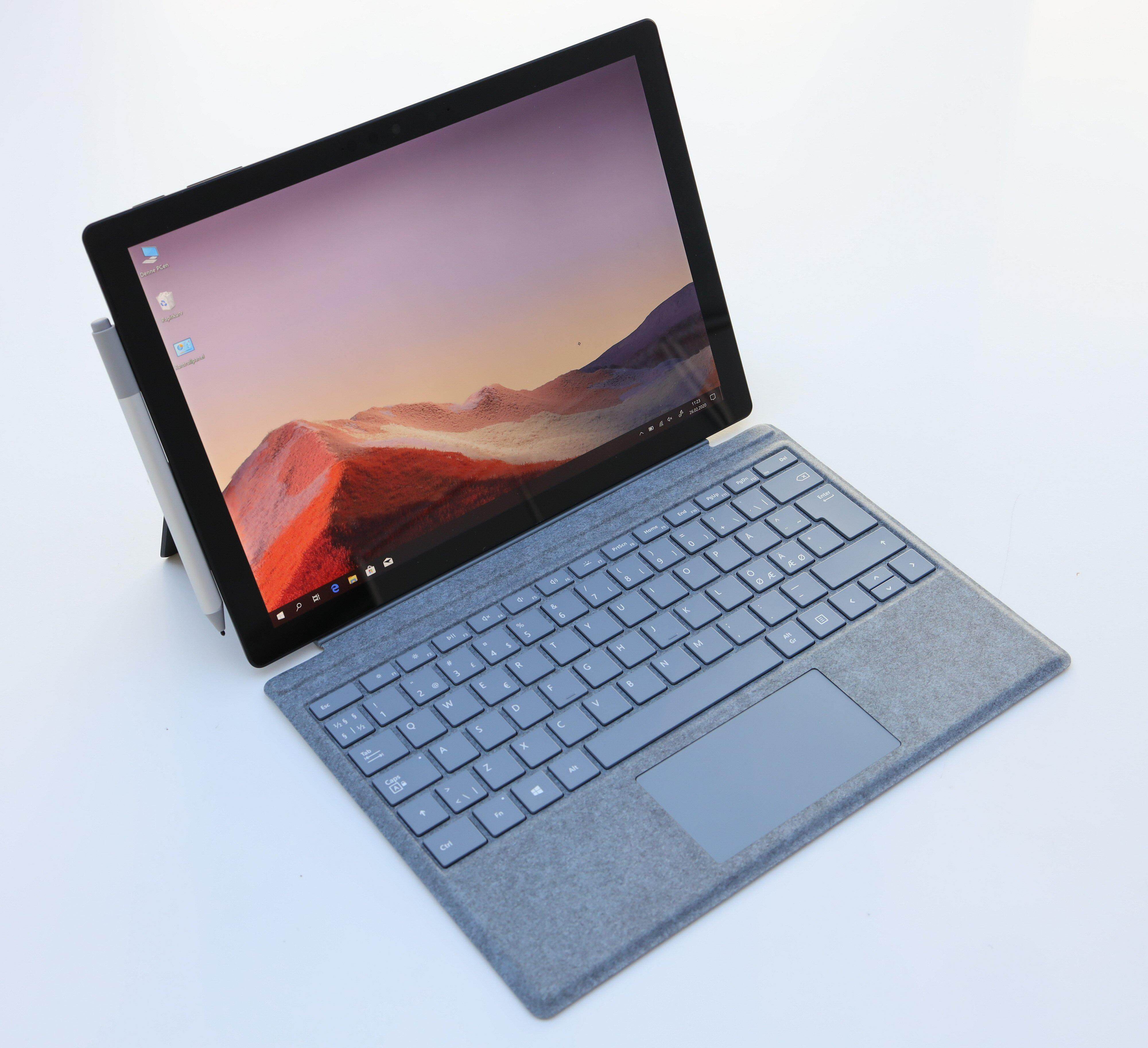 Både tastaturet og pennen er ekstrautstyr på Surface Pro 7.