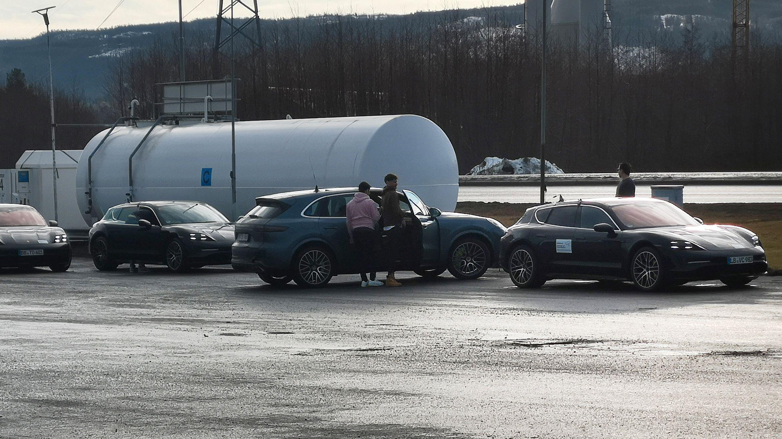 Det som høyst sannsynlig er Porsche Taycan Cross Turismo (til høyre i bildet) ble sett i Verdal i morges. Bilen var en del av en hel kortesje med Porsche-biler.
