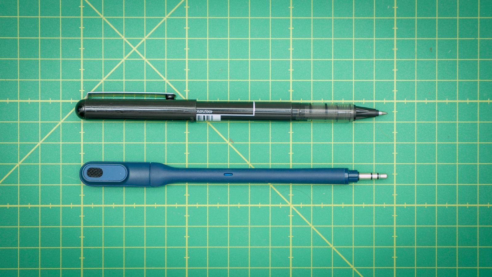 Mikrofonen kan tas av når den ikke er i bruk, og passer perfekt i pennelommen i sekken din.