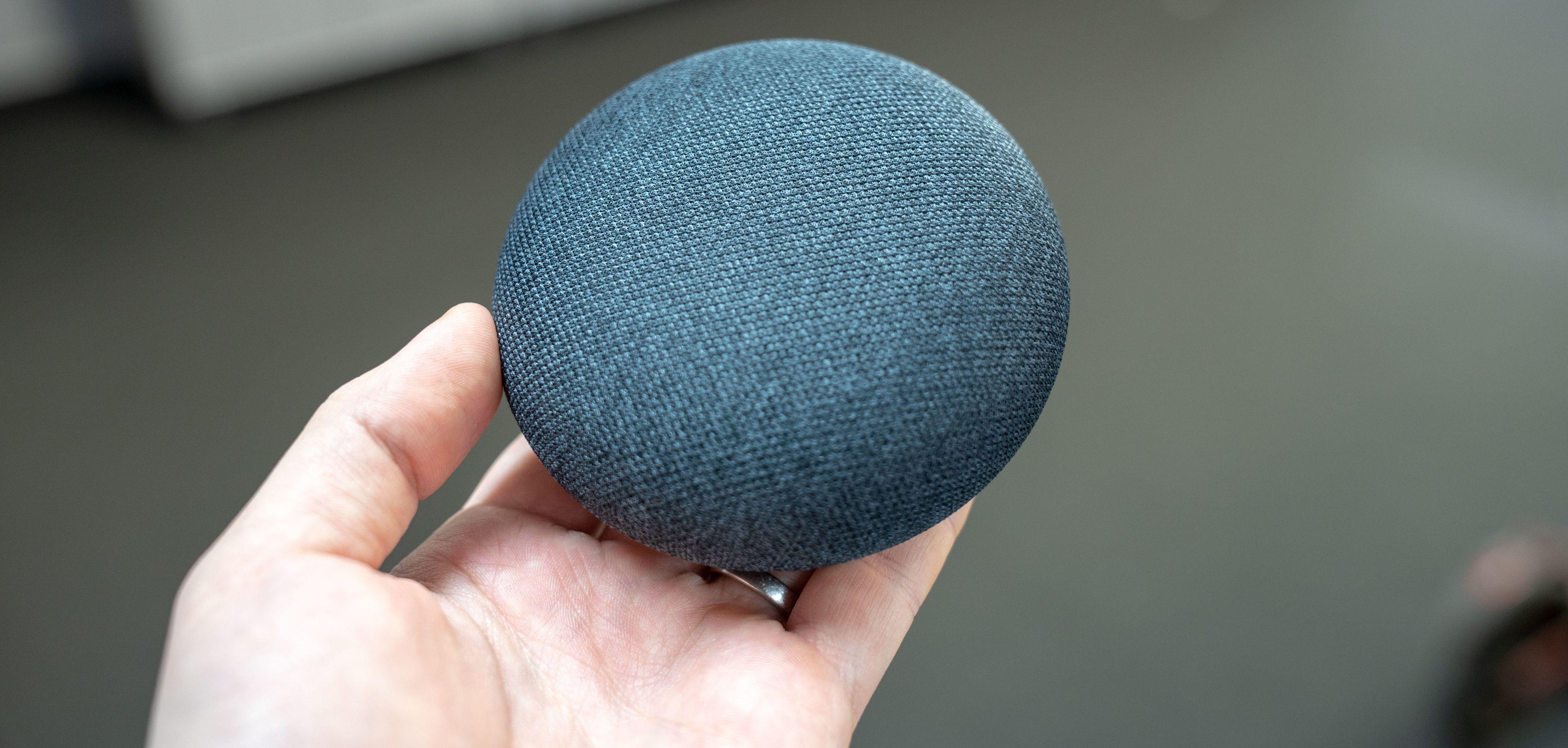 Google Home Mini kan gjøre det samme som storebroren, men er på størrelse med en hockeypuck.
