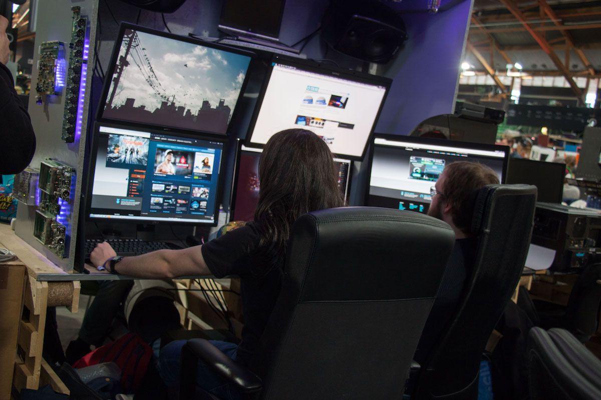 En slags tomanns-hule med to skjermer til hver, pluss en femte bare for å være på den sikre siden. I tillegg sto det en bærbar datamaskin på toppen av riggen for å overstyre musikken de begge hørte på.