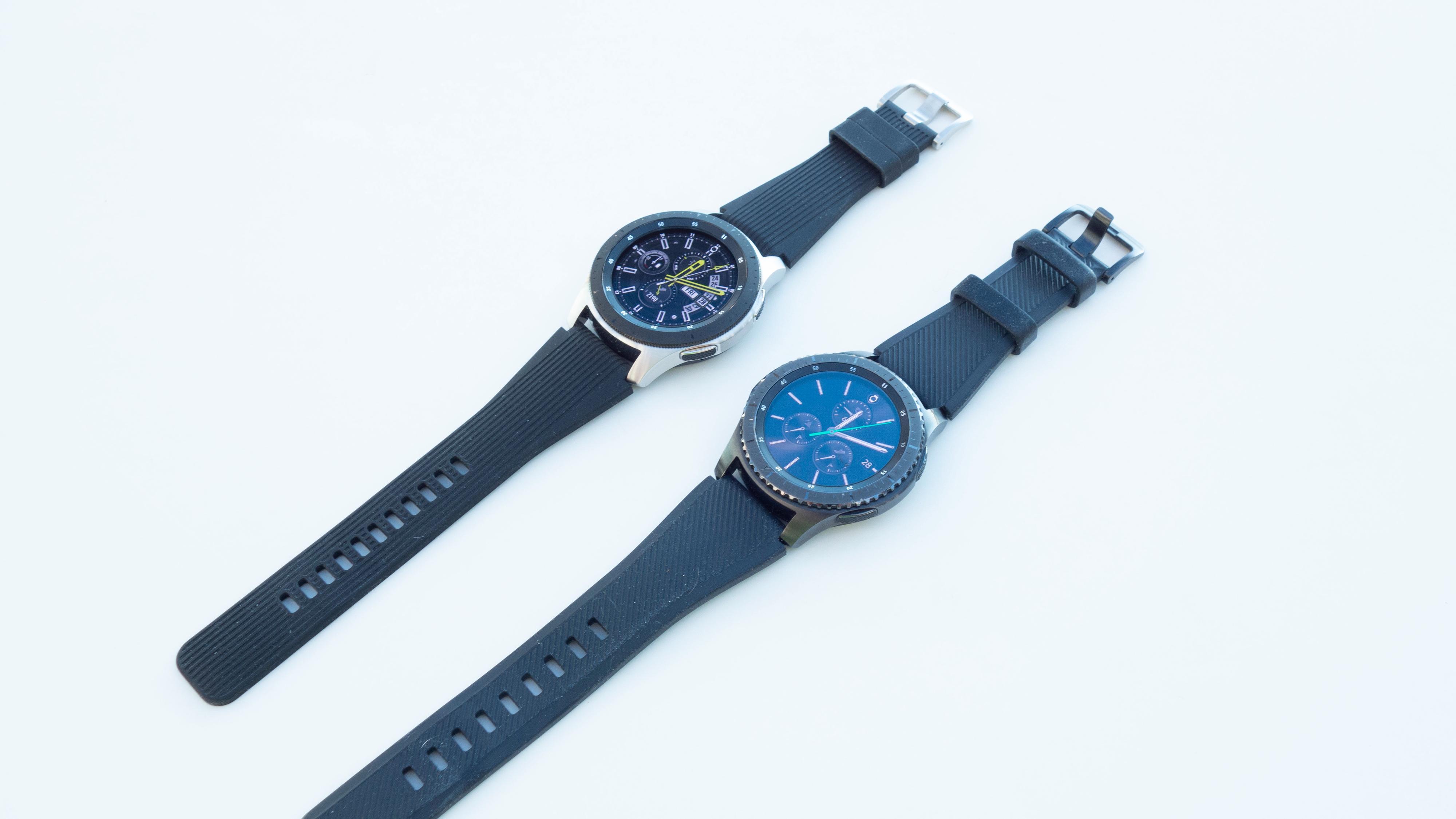 Her kan du se forskjellen mellom Galaxy Watch (sølv) og Gear S3 Frontier (sort). Skjermen er like stor, men for oss virker det som Galaxy Watch reflekterer mer sollys.