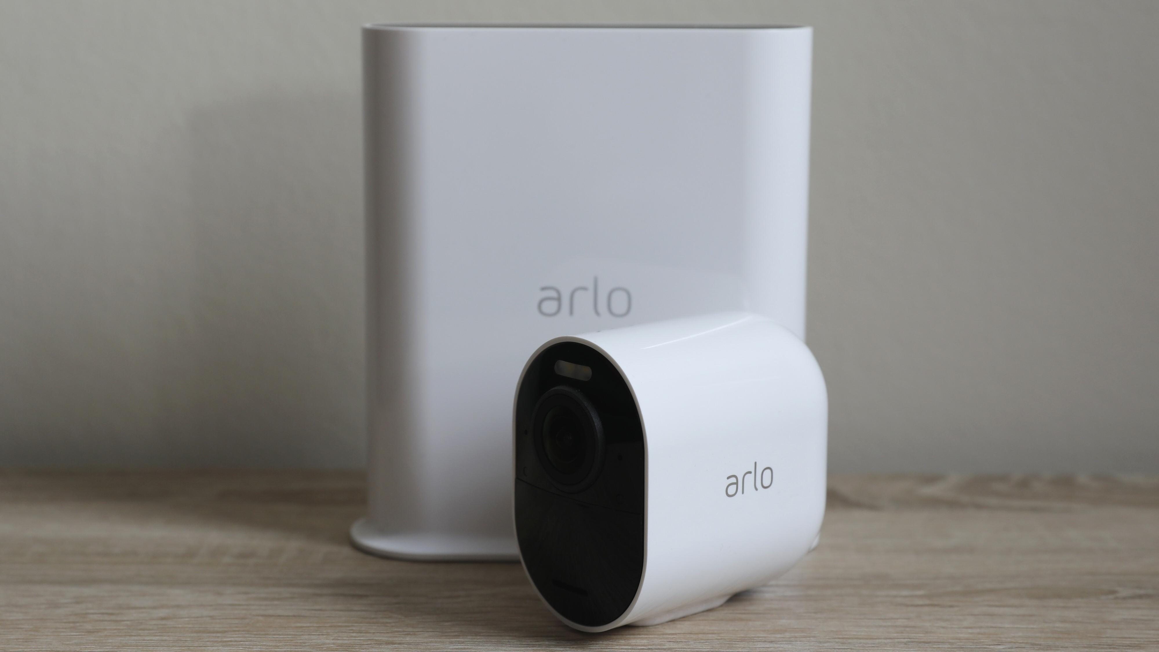 Arlo Ultra 2 med VMB5000 bak.