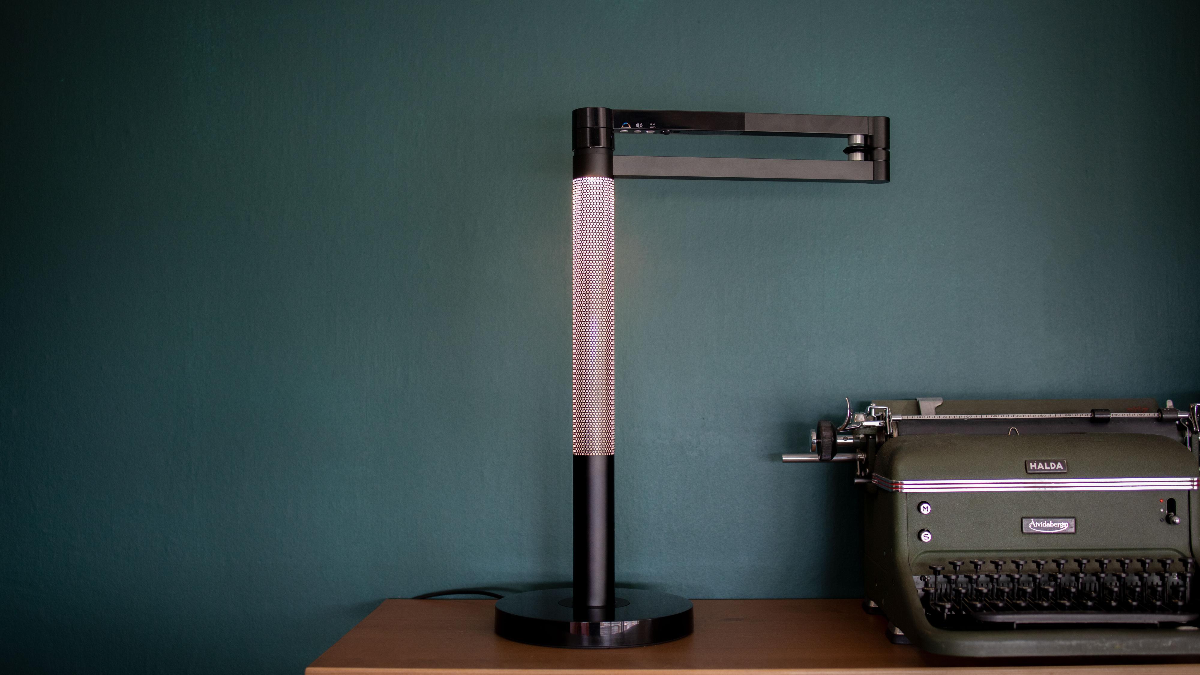 Setter man lampehodet inn i hovedrøret, lyser den opp hele den perforerte sylinderen.
