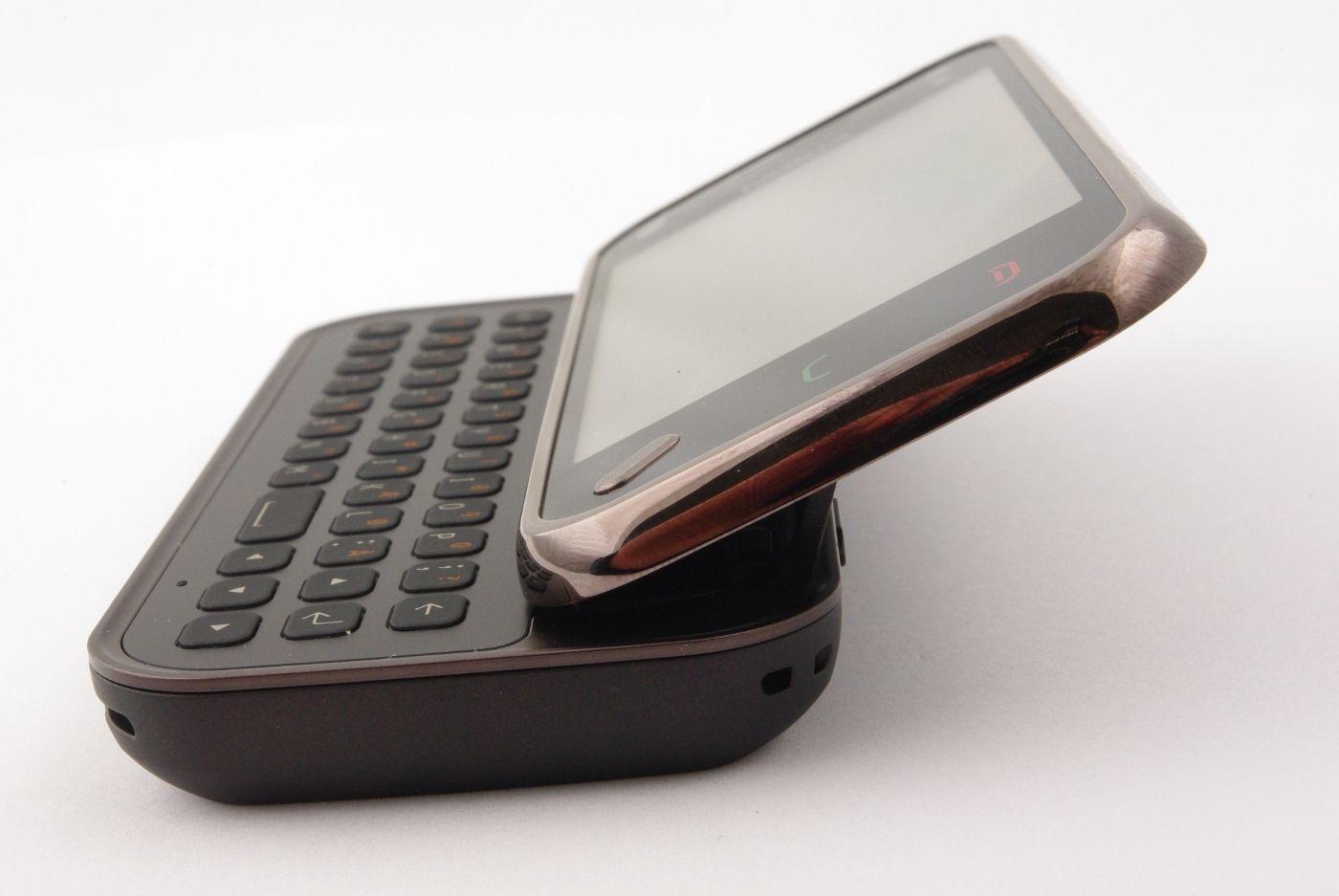 Skjermen blir skråstilt når du åpner telefonen.