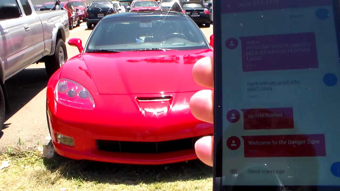 Her kontrollerer hackeren bilen med en mobiltelefonen