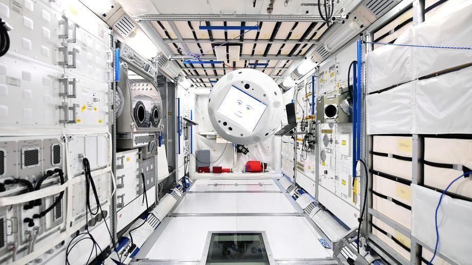 I dag blir en robot med kunstig intelligens medhjelper på romstasjonen