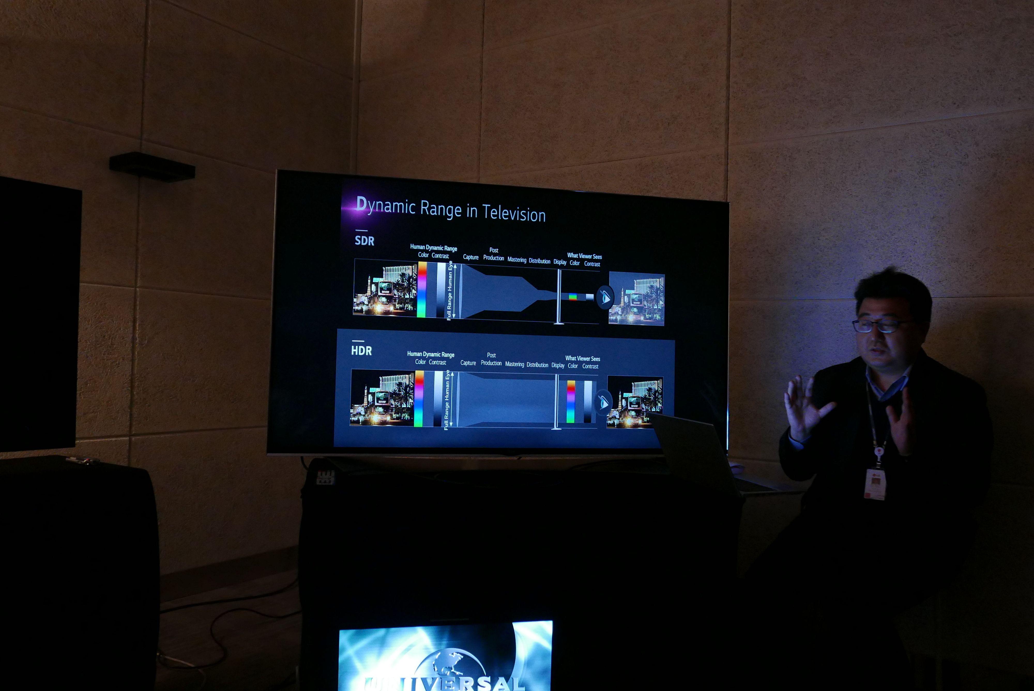 Haengjoon Kang i LG forklarer oss hvordan HDR gir et bedre bilde. Foto: Ole Henrik Johansen / Tek.no