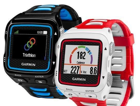 Klokken fås i to ulike farger. Her vises også skjermbildene for valg av sportsgren og informasjon om løpsdynamikk. Foto: Garmin