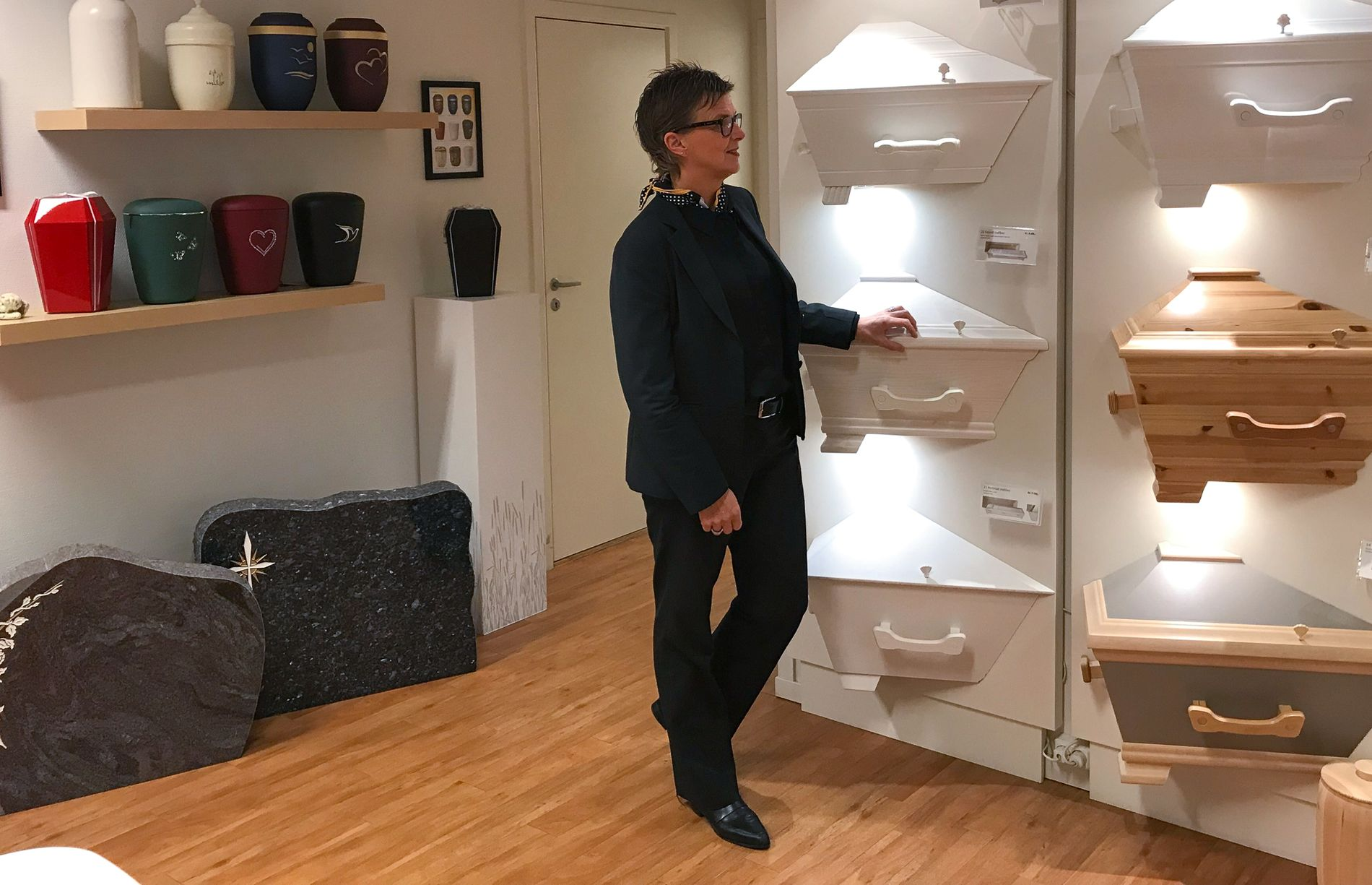 Under planleggingssamtalen med Jølstad er det mulig å se ulike kister, urner og gravstener på kontoret.