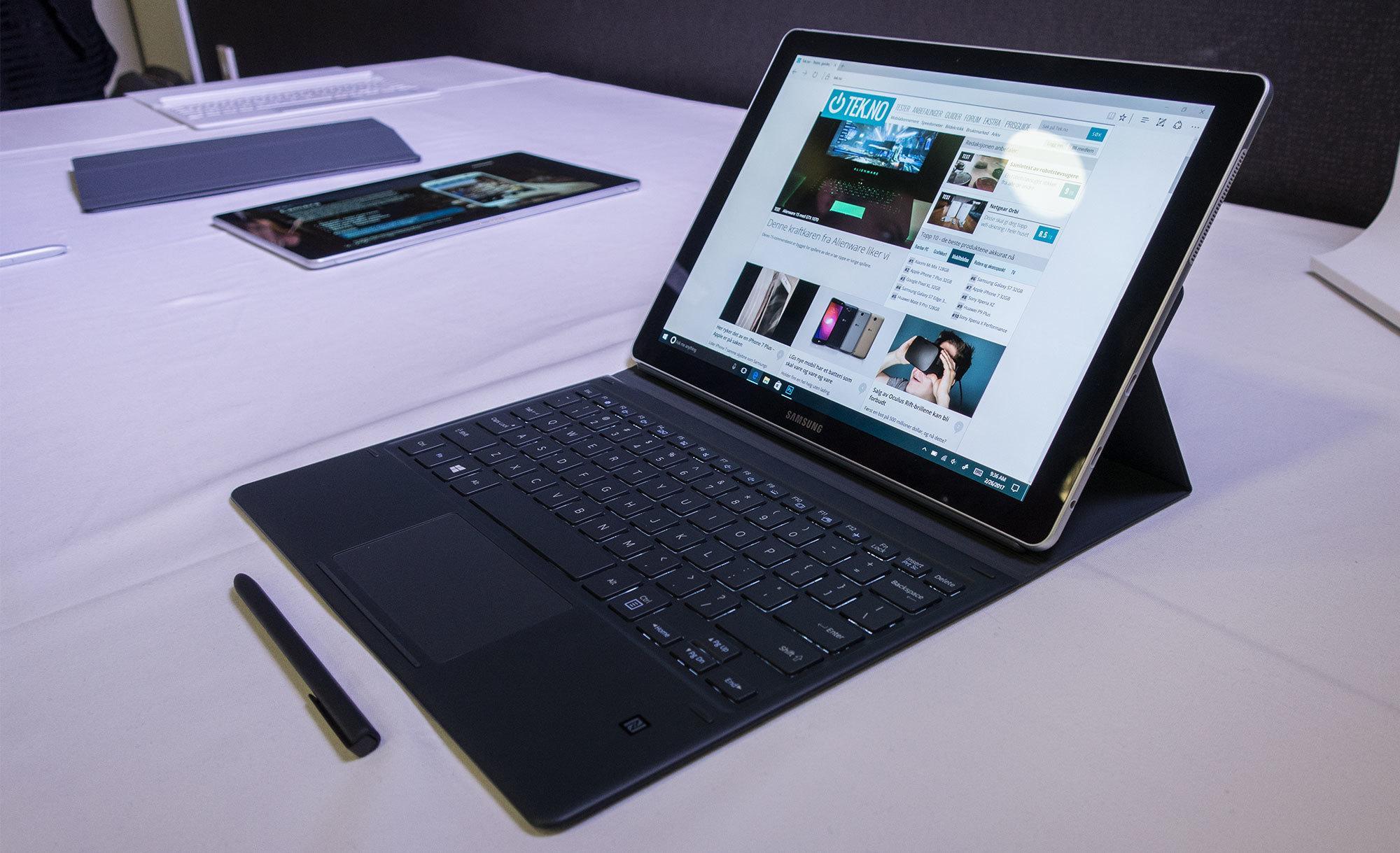 Skjermen kan settes i flere forskjellige vinkler, slik at den føles mer ut som en vanlig bærbar PC når du skriver.