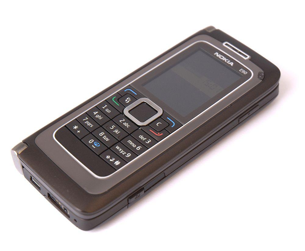E90 er en vanlig mobil når den er slått sammen. (Alle foto: Marius Valle)