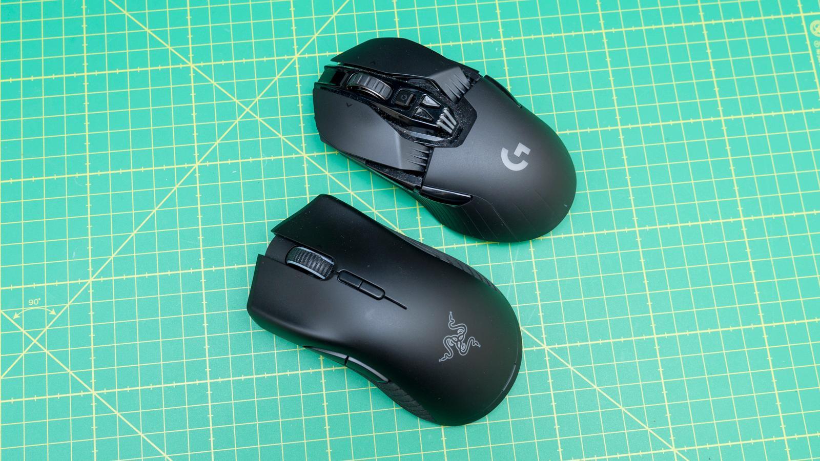 Logitech G903 (øverst) er laget for begge hender, har litt flere knapper og fungerer etter undertegnedes mening bedre i klogrepet. Razer Mamba Hyperflux er lettere, har to knapper mindre, men er ergonomisk utformet for høyre hånd og ligger bedre i fullhåndsgrep.