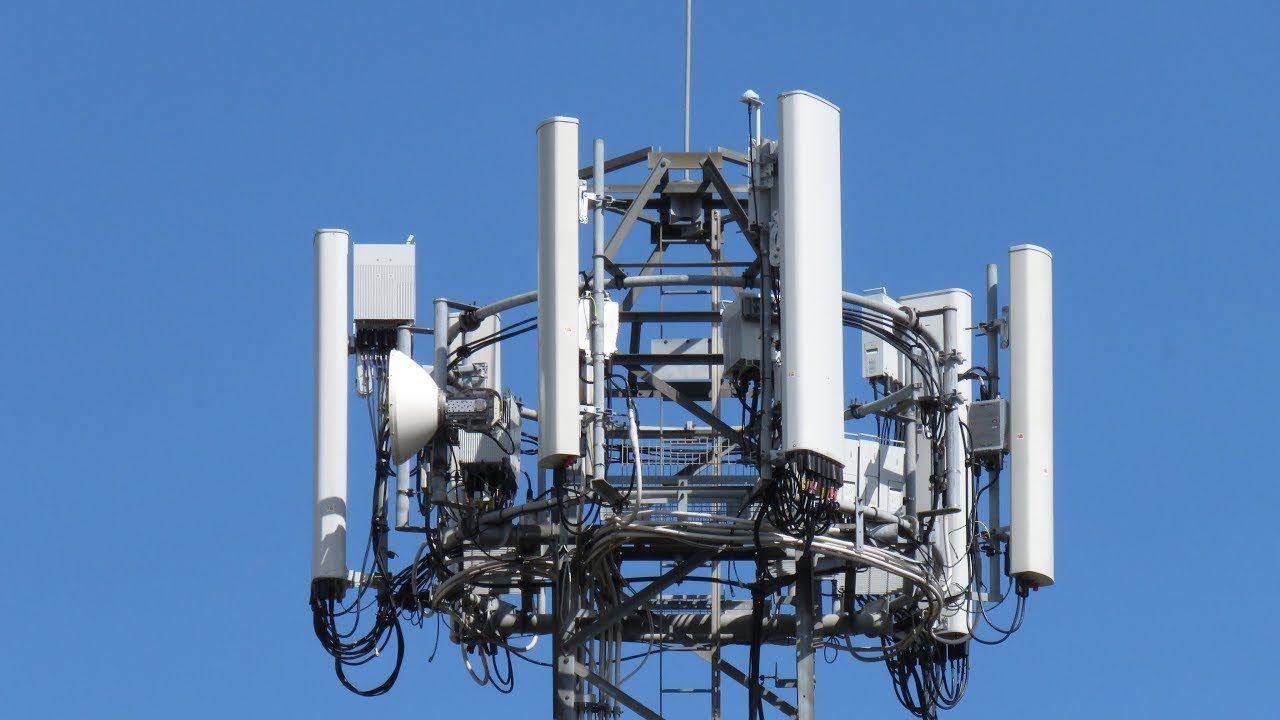 Det var blant annet et slikt mobiltårn fra EE som ble satt fyr i forrige uke.