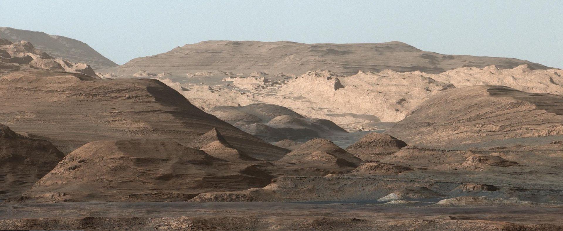 Dette bildet av Mount Sharp på Mars tok Curiosity-roveren i september. Foto: NASA