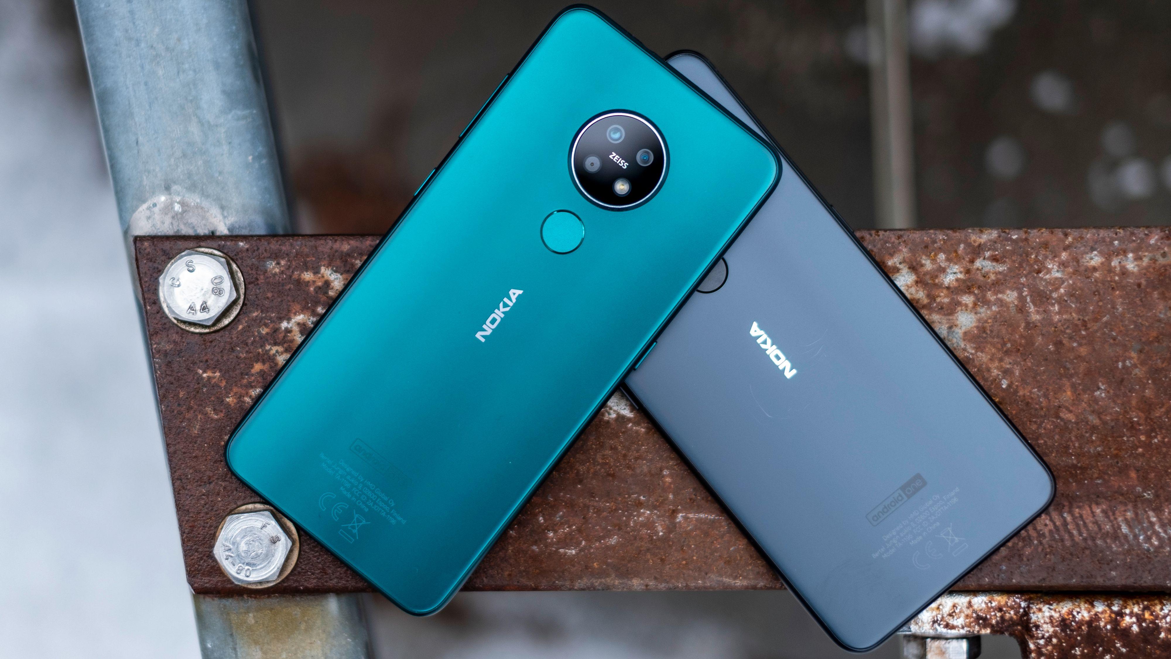 Nokia 7.2 finnes i en lekker grønn utgave eller i en variant der nyansene svinger mellom koksgrått og svart. Zeiss-logoen på baksiden antyder dessverre at kameraet er litt bedre enn det er.