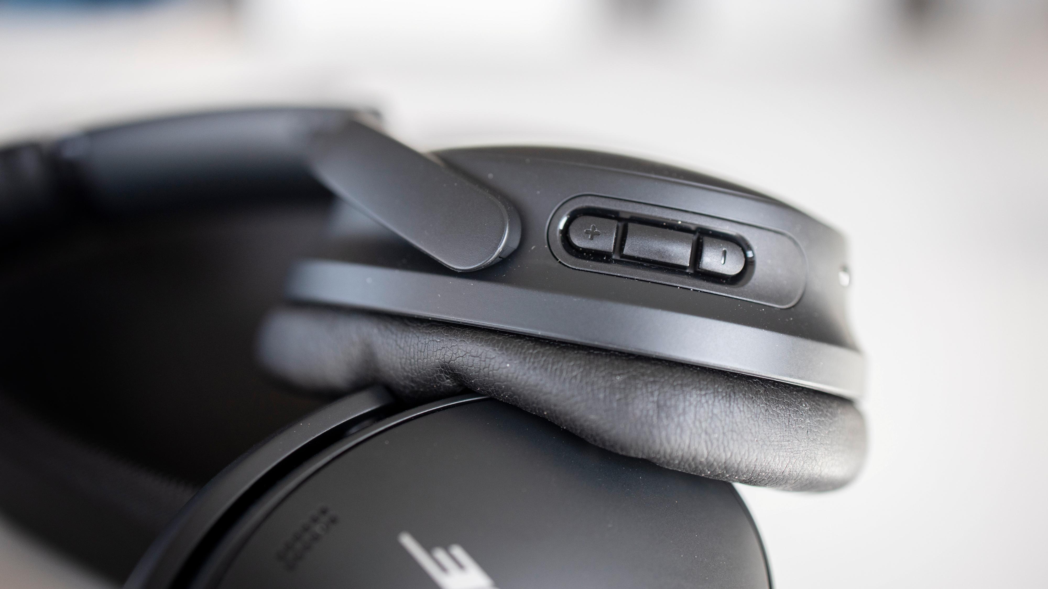 Fjernkontrollknappene sitter på høyre øreklokke. Hit er nå også taleassistentfunksjonen flyttet.