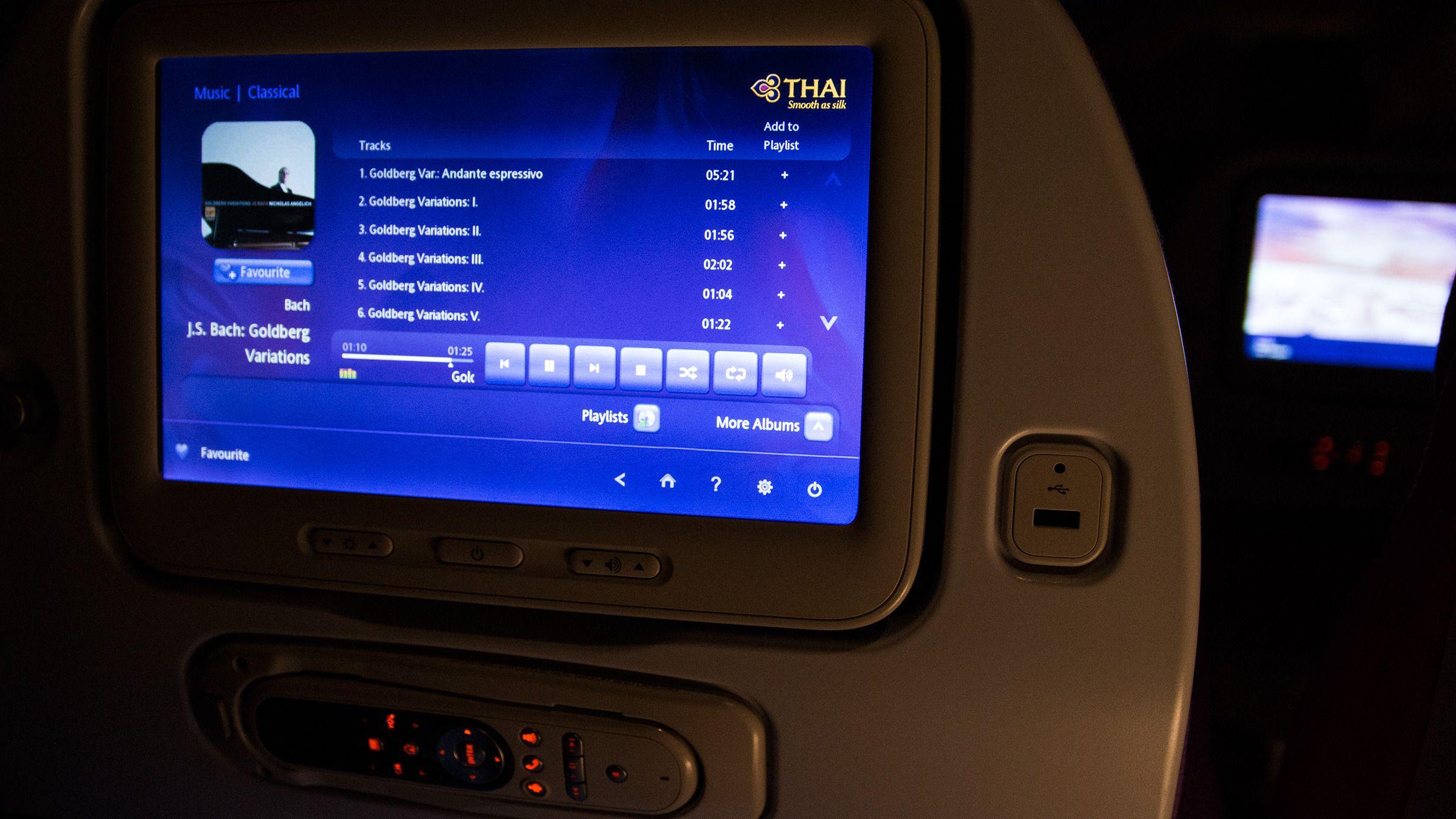 Det innebygde underholdningssenteret i Thai Airways sine Boeing 777-300 ER er slett ikke dumt.Foto: Varg Aamo, Hardware.no