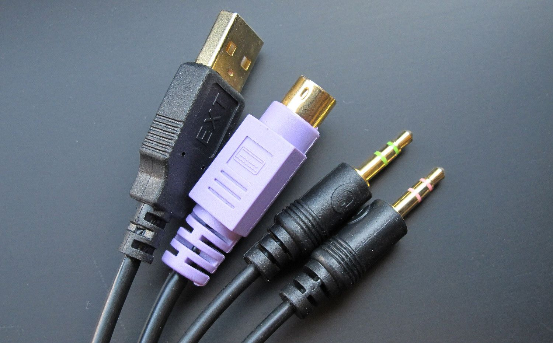 USB, PS/2 og lyd i begge retninger.
