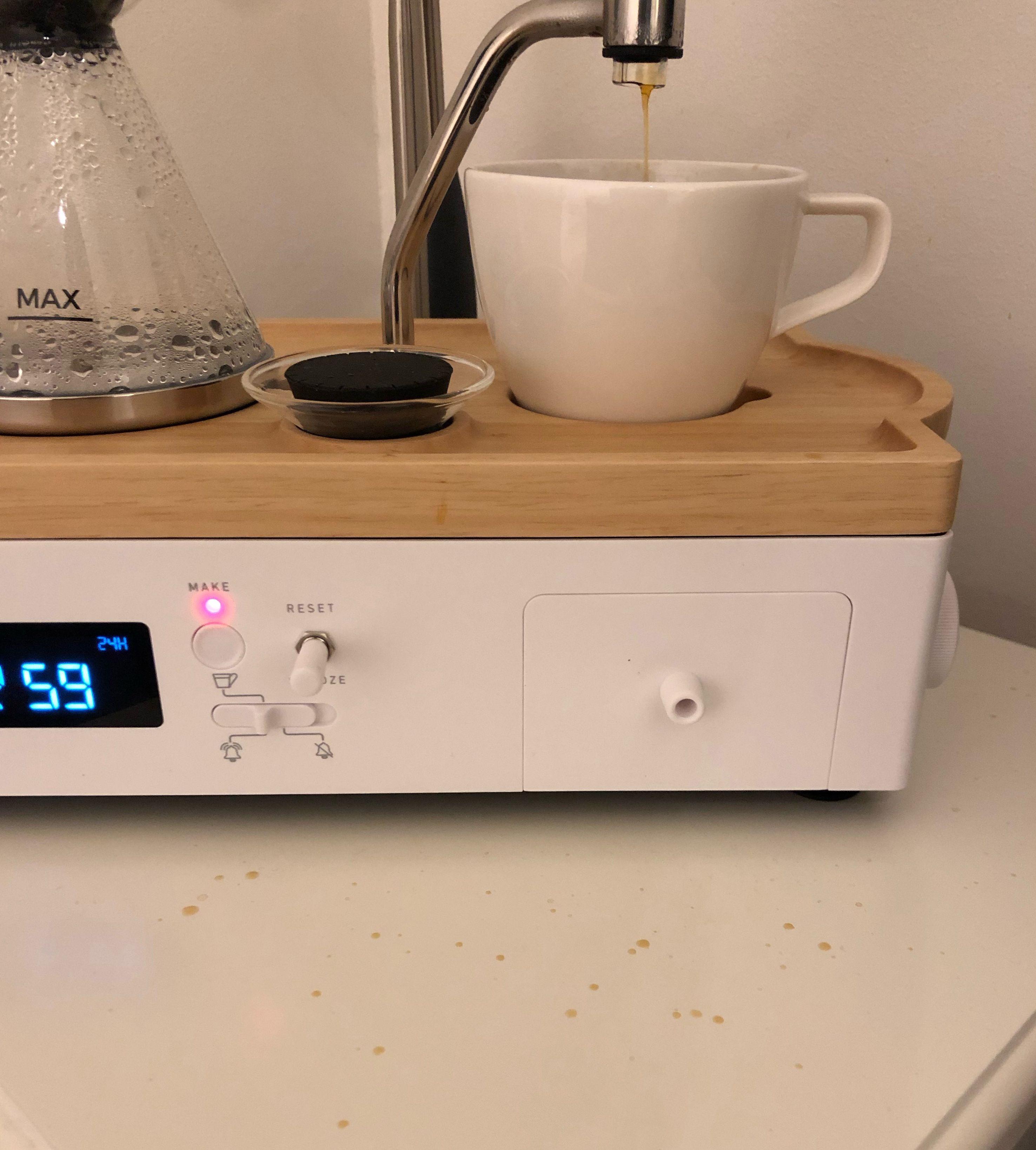 Det har lett for å sprute over koppen. Bruk en et større krus, så slipper du vaske både nattbord og vegg etter hver bruk.