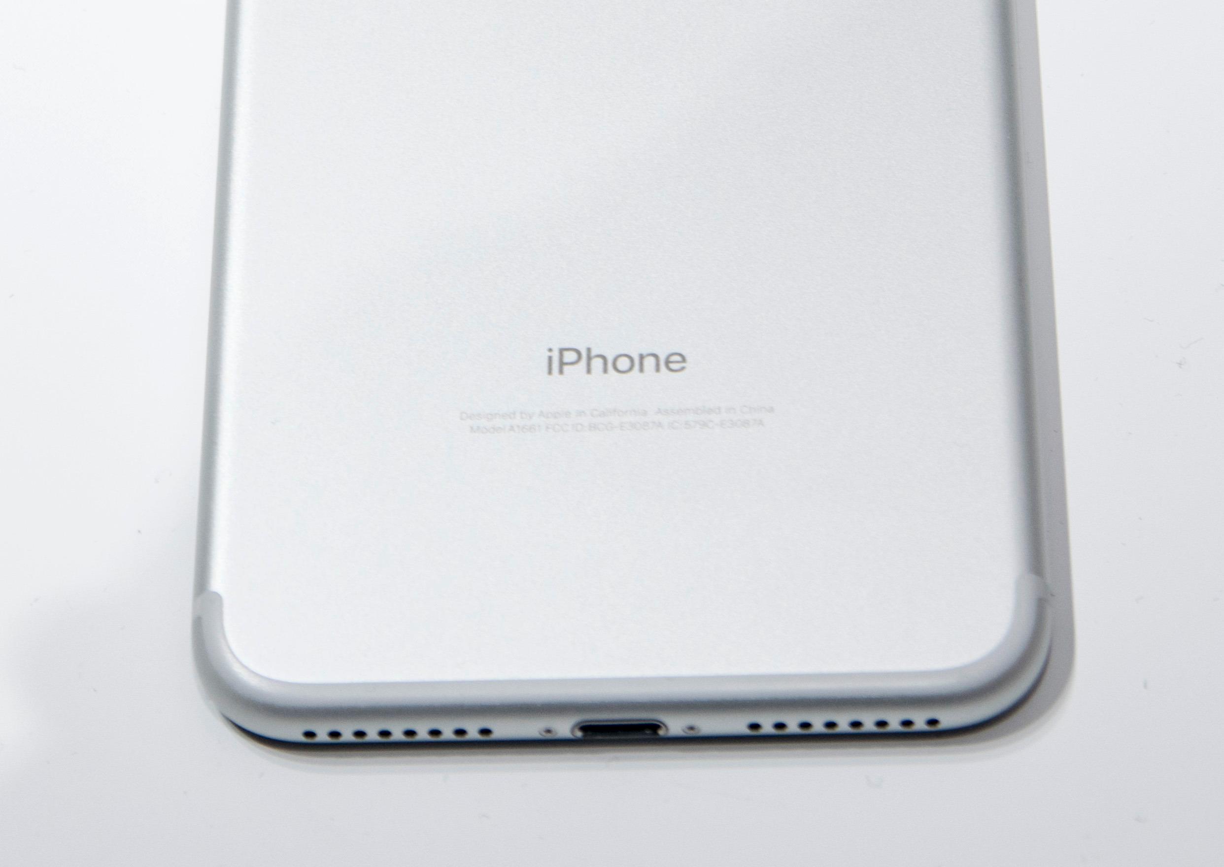 Heller ikke den store iPhone-modellen har hodetelefonkontakt.