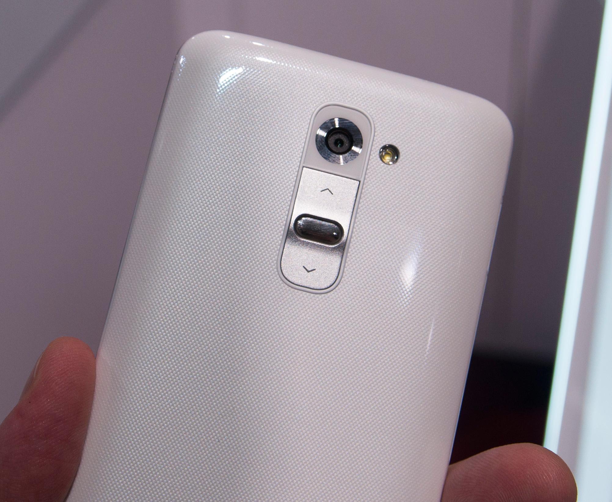 På baksiden har nemlig G2 både låsetast og volumtaster. LG hevder det er her folk flest har fingrene når de bruker telefonen.Foto: Finn Jarle Kvalheim, Amobil.no