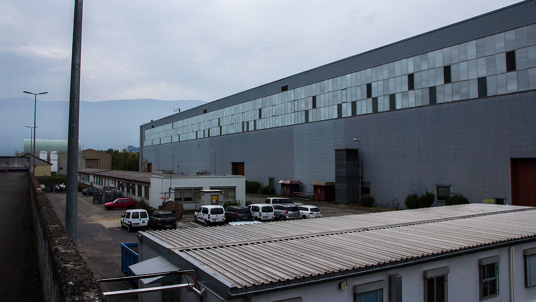 I et hjørne av CERNs enorme Meyrin-anlegg, på fransk side, finner vi en av forskningsinstituttets største haller. Det enorme grå bygget er omtrent dobbelt så stort som det du ser her, og huser én av tre fabrikker for LHCs superledende magneter. Da vi var på besøk ble bare halve hallen brukt til produksjon av superledende magneter; resten var okupert av testutstyr fra den enorme ATLAS-detektoren. ATLAS ligger normalt 100 meter under bakken, men er for tiden under oppgradering. Foto: Jørgen Elton Nilsen, Hardware.no
