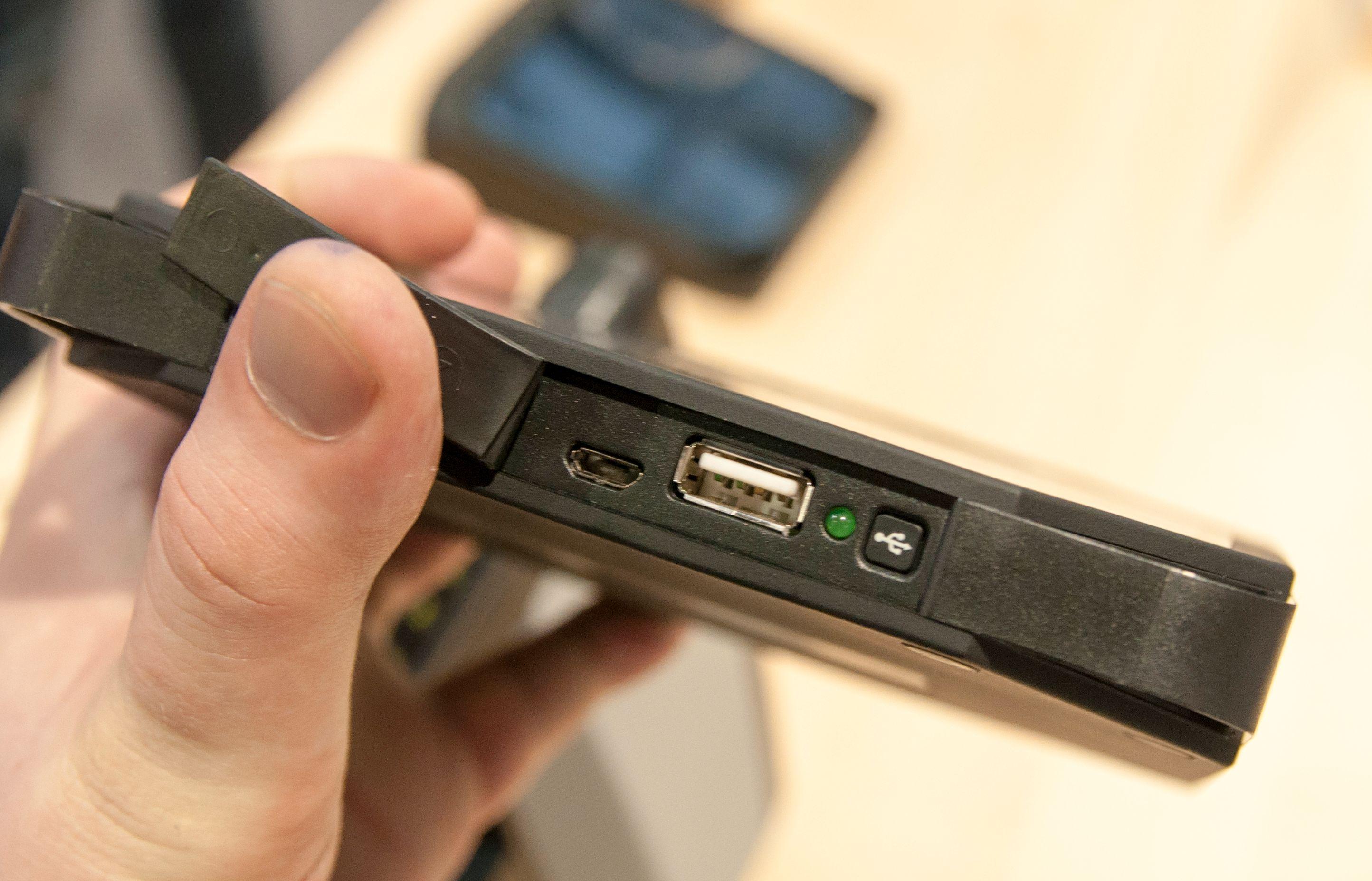 Rukus XL har ladekobling til mobilen i luken foran. På Rugget Rukus sitter tilkblingen på baksiden.Foto: Finn Jarle Kvalheim, Amobil.no