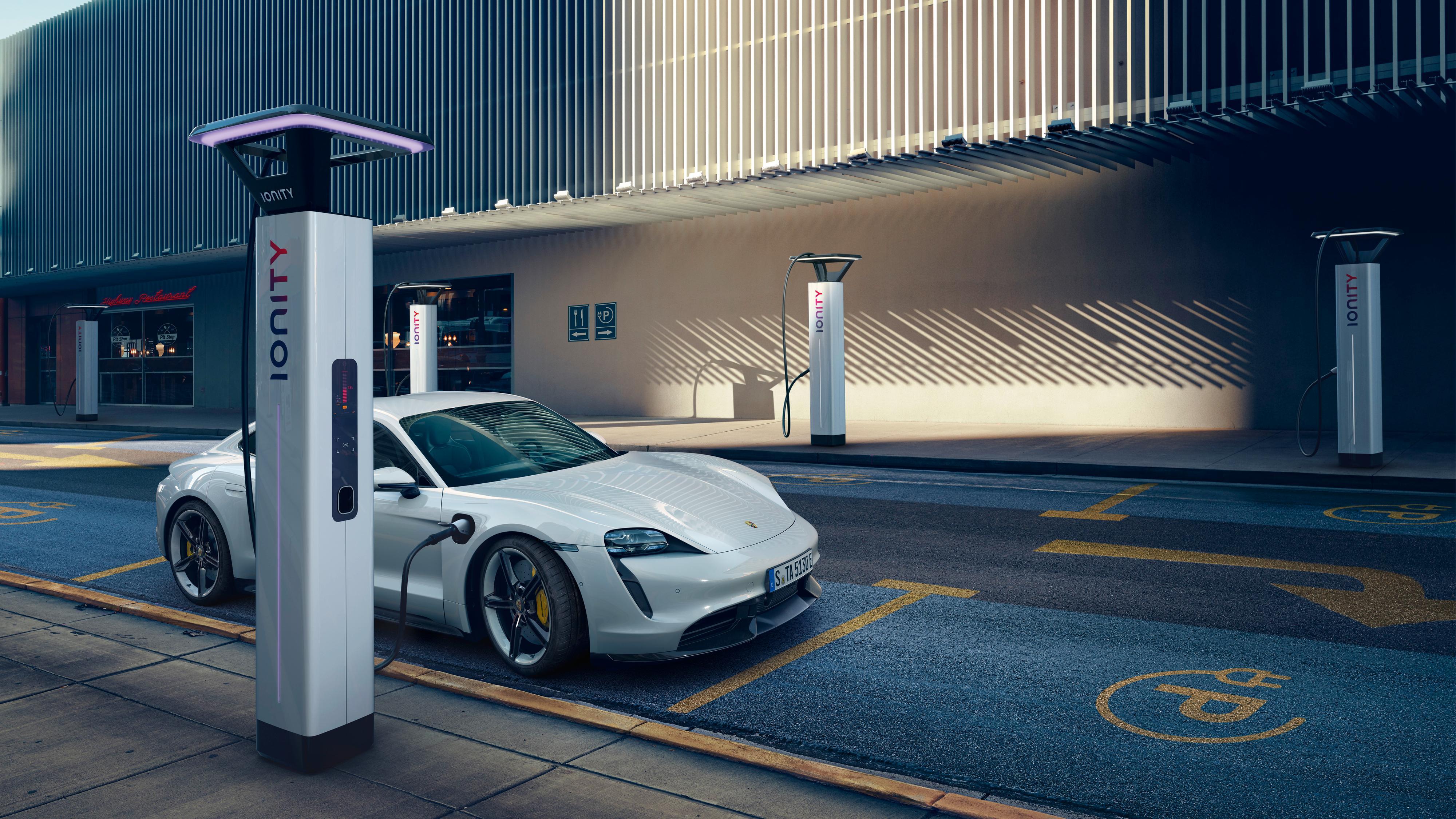 Det delvis Volkswagen-eide Ionity-nettverket er som bygd for Porsche Taycan. Taycan vil ved starten kunne ta imot opptil 270 kW.